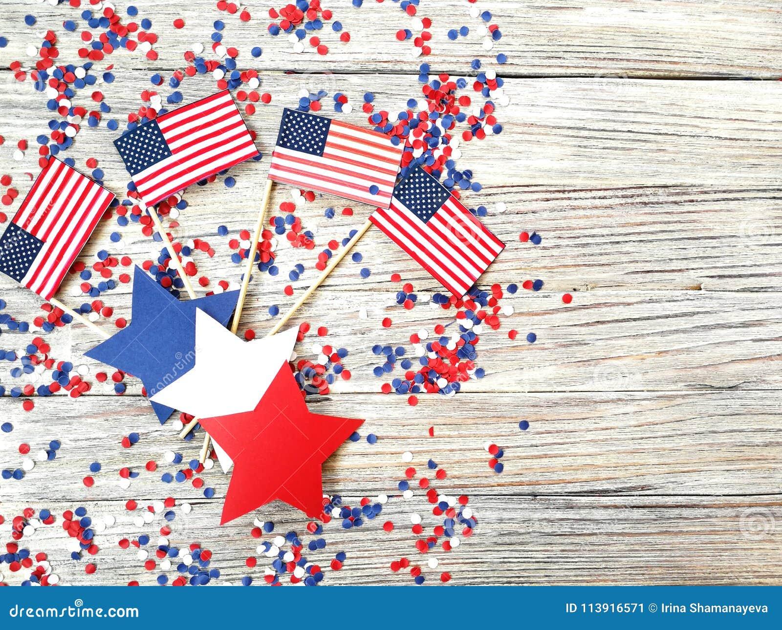 Amerikanskt självständighetsdagen, beröm, patriotism och feriebegrepp - flaggor och stjärnor på 4th av det Juli partiet överst på