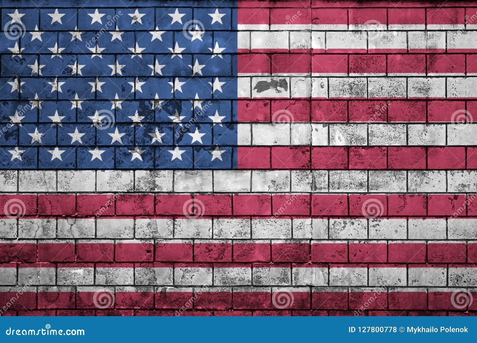 Amerikas förenta staterflaggan målas på en gammal tegelstenvägg