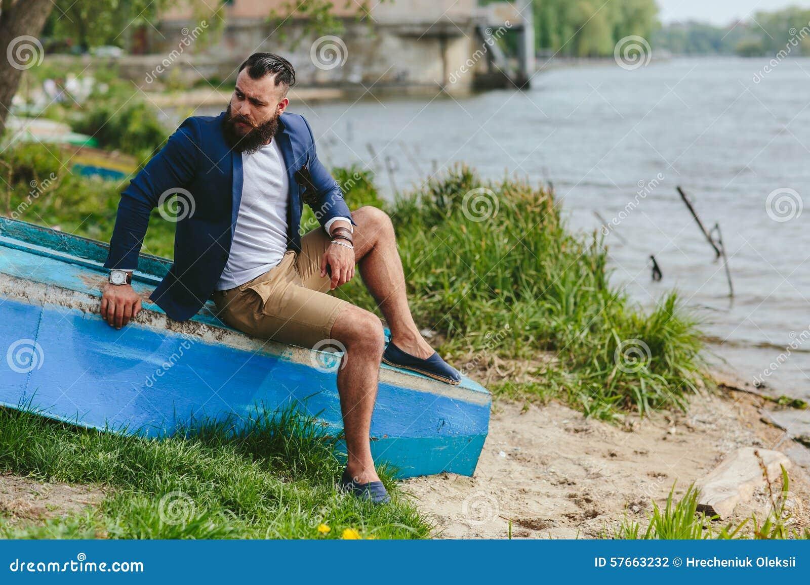 Amerykańscy Brodaci mężczyzna spojrzenia na brzeg rzeki