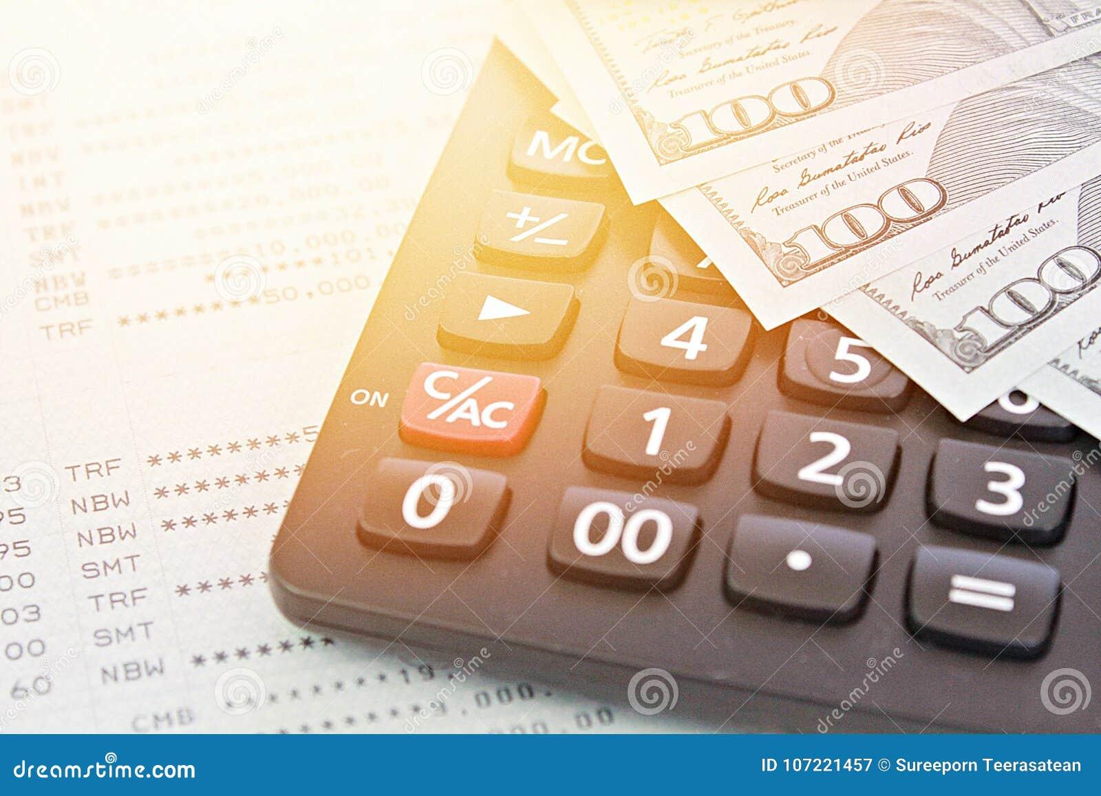 Amerykańscy dolary spieniężają pieniądze, kalkulatora na savings obrachunkowym passbook lub sprawozdania finansowego,