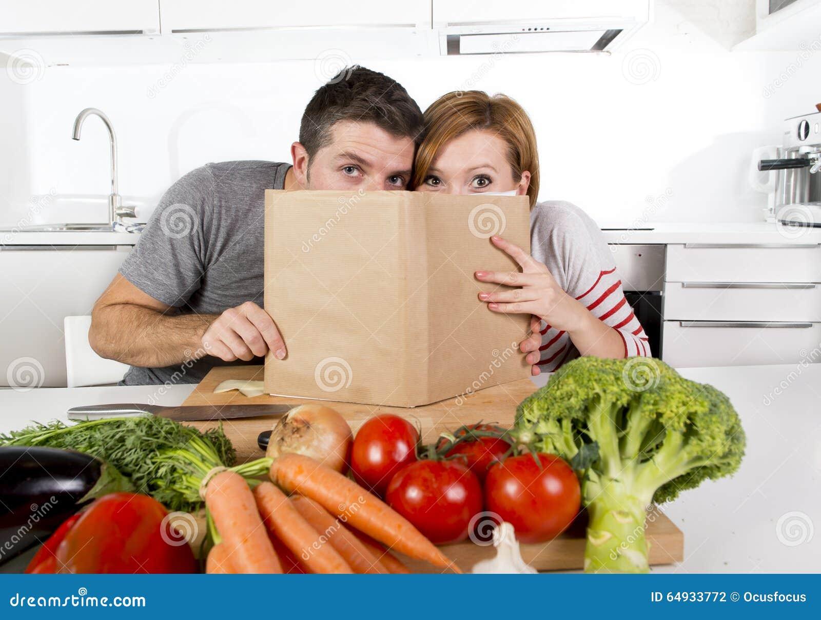 Amerykańska Para Pracuje W Domowej Kuchni Po Przepis