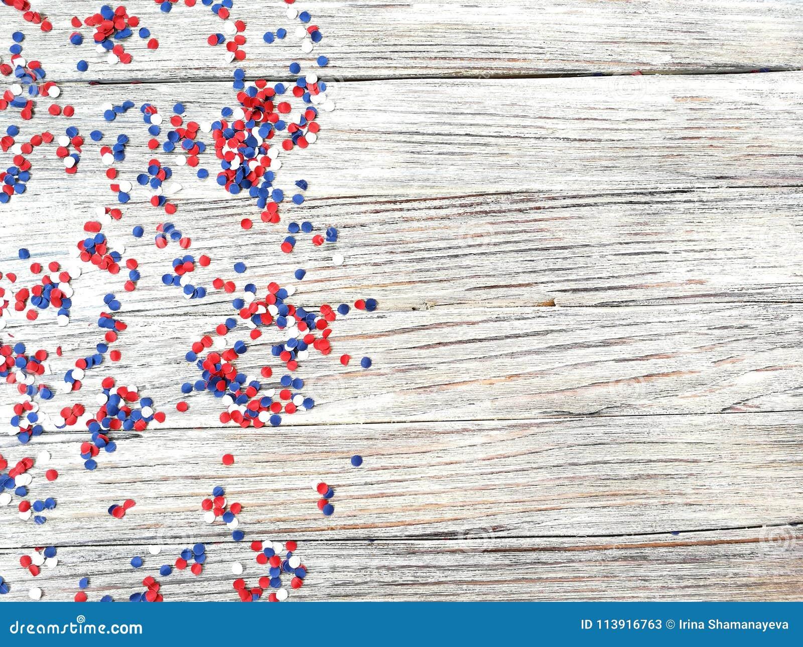 Amerykański dzień niepodległości, świętowanie, patriotyzm i wakacje pojęcie, - flaga i gwiazdy na 4th Lipa przyjęcie na wierzchoł