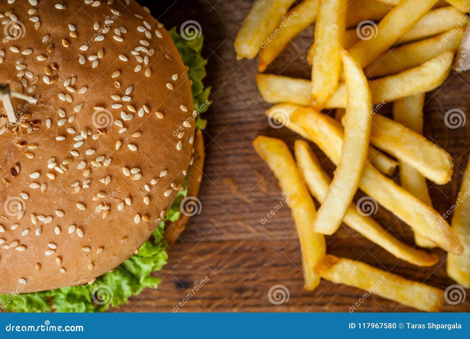 Amerykański hamburger i francuzów dłoniaki na drewnianej desce Fotografia od wierzchołka