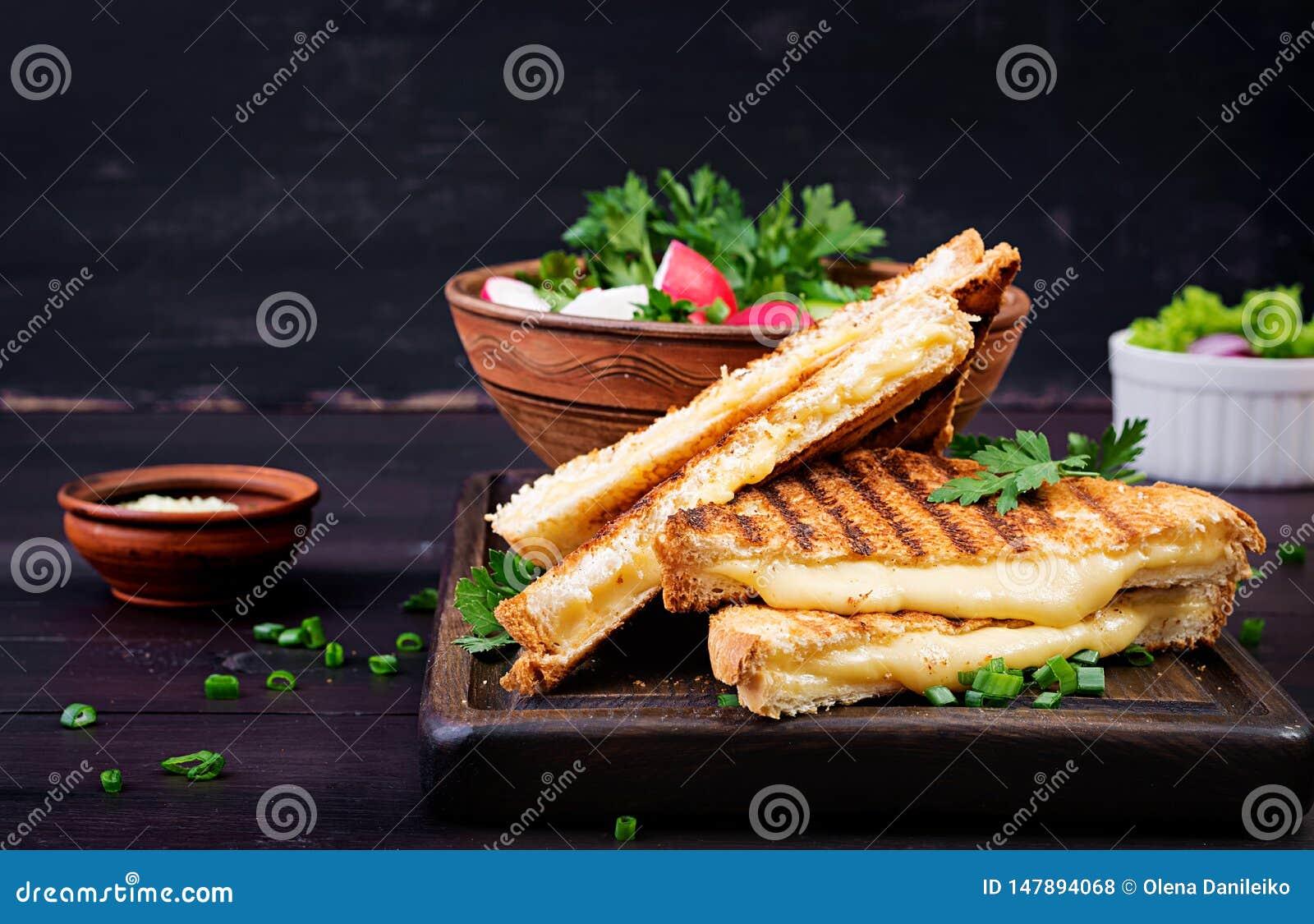 Ameryka?ska gor?ca serowa kanapka Domowej roboty piec na grillu serowa kanapka