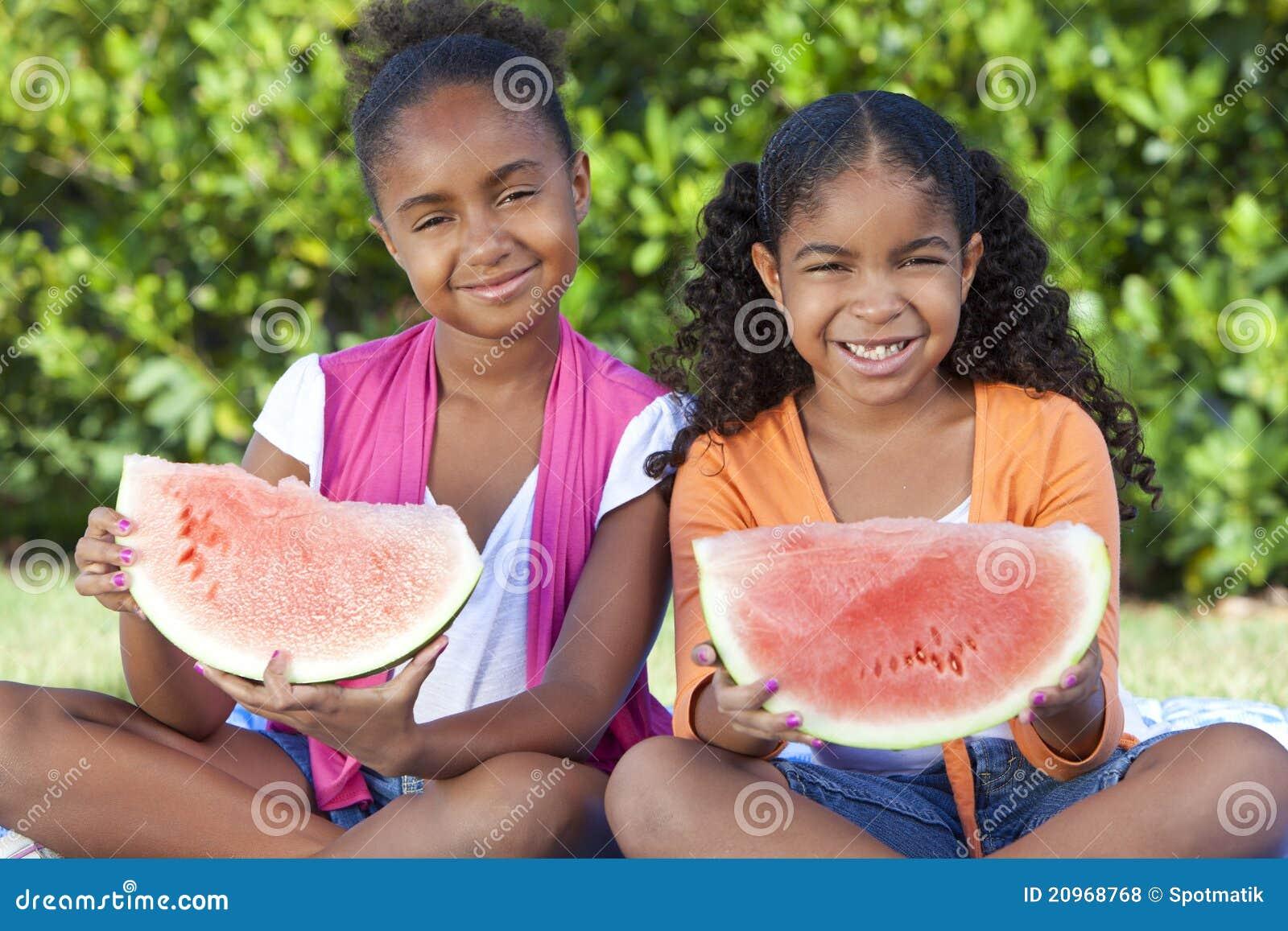 Amerykanin afrykańskiego pochodzenia dzieci target2326_1_ dziewczyn melonu wodę