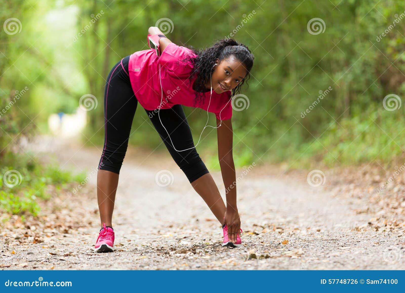 Amerykanin afrykańskiego pochodzenia kobiety jogger rozciąganie - sprawność fizyczna, ludzie i