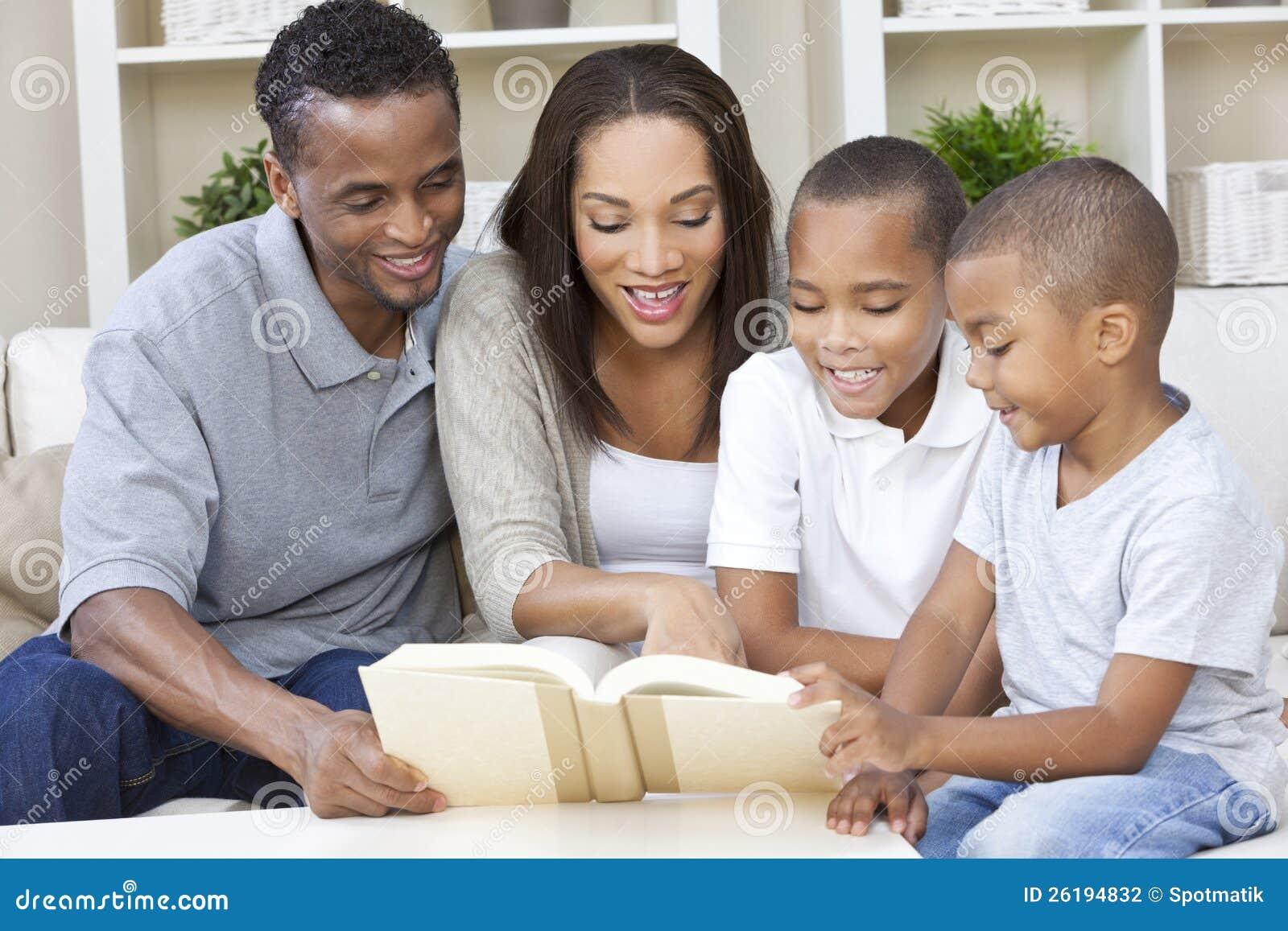 Amerykanin Afrykańskiego Pochodzenia Matki Ojca Rodziny Czytanie