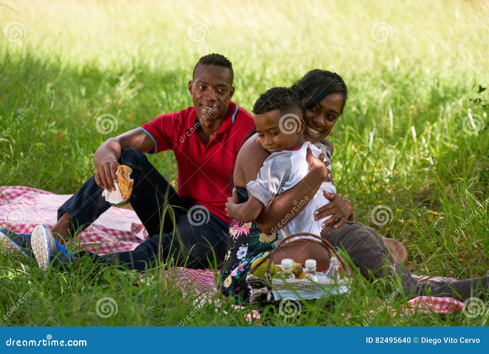 Amerykanin Afrykańskiego Pochodzenia rodzina Z ojciec matki dziecka przytuleniem W parku