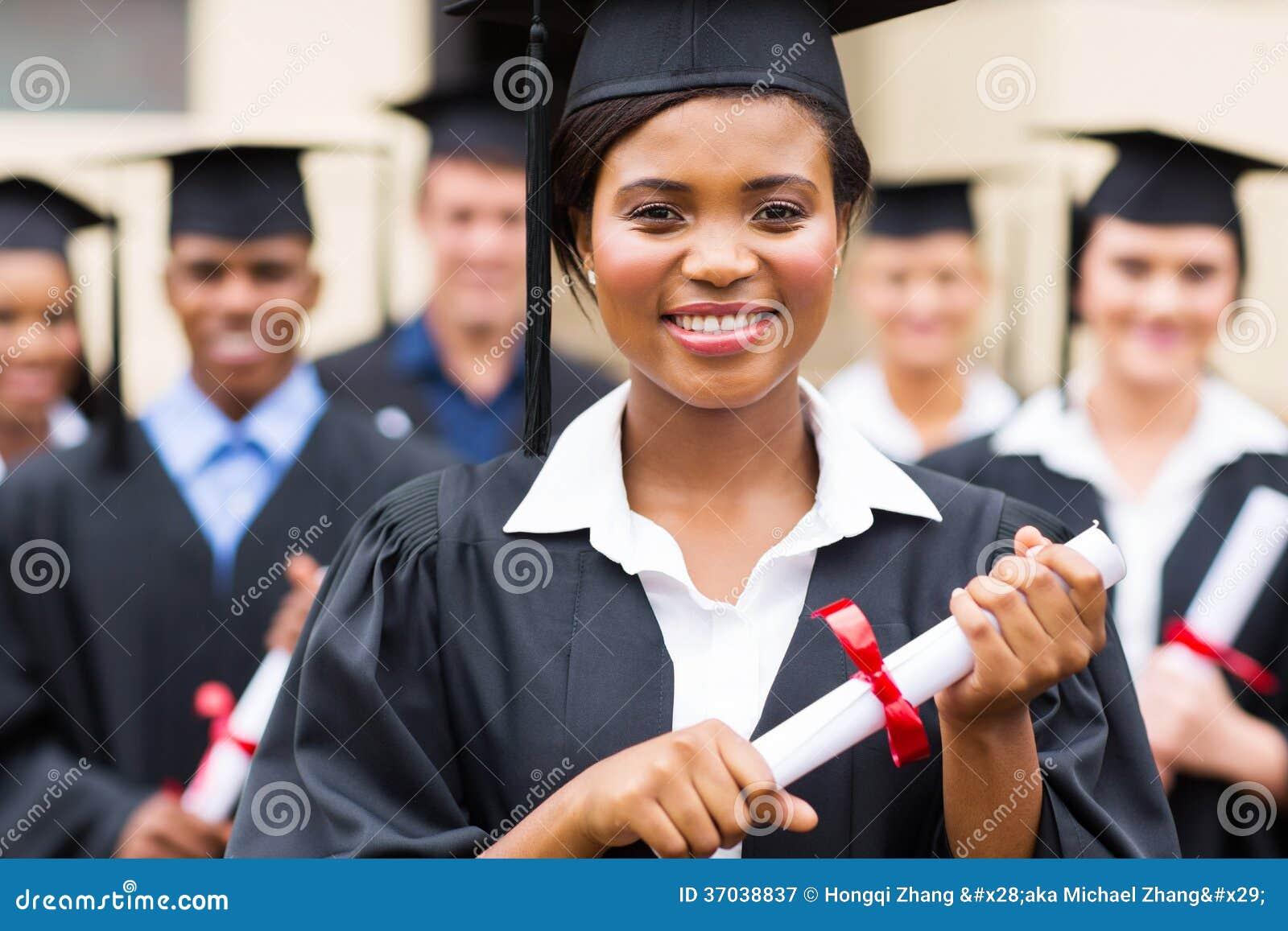 Amerykanina afrykańskiego pochodzenia absolwent