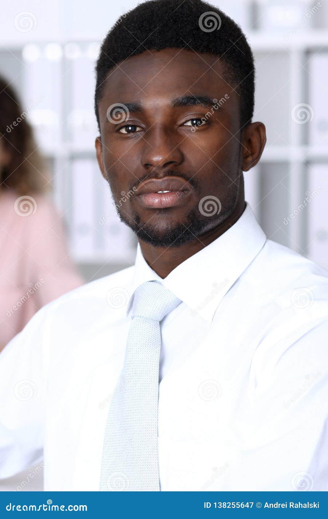 Amerykanina afrykańskiego pochodzenia biznesmen przy spotkaniem w biurze, barwiącym w bielu Wielo- etniczni ludzie biznesu grup