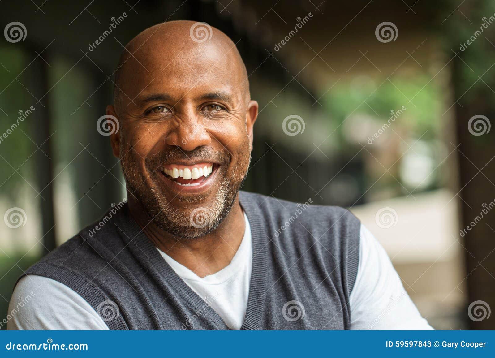 Amerykanina Afrykańskiego Pochodzenia mężczyzna ono Uśmiecha się