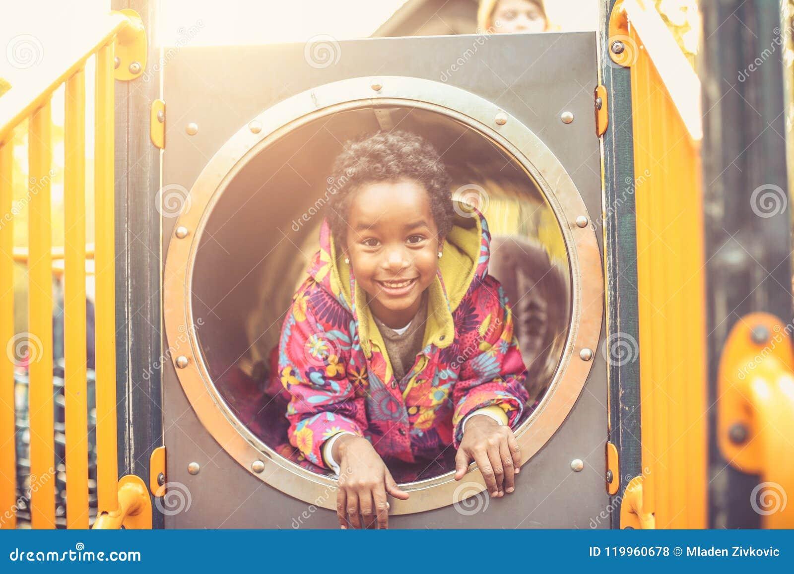 Amerykanina Afrykańskiego Pochodzenia szczęśliwy dzieciak patrzeć kamerę