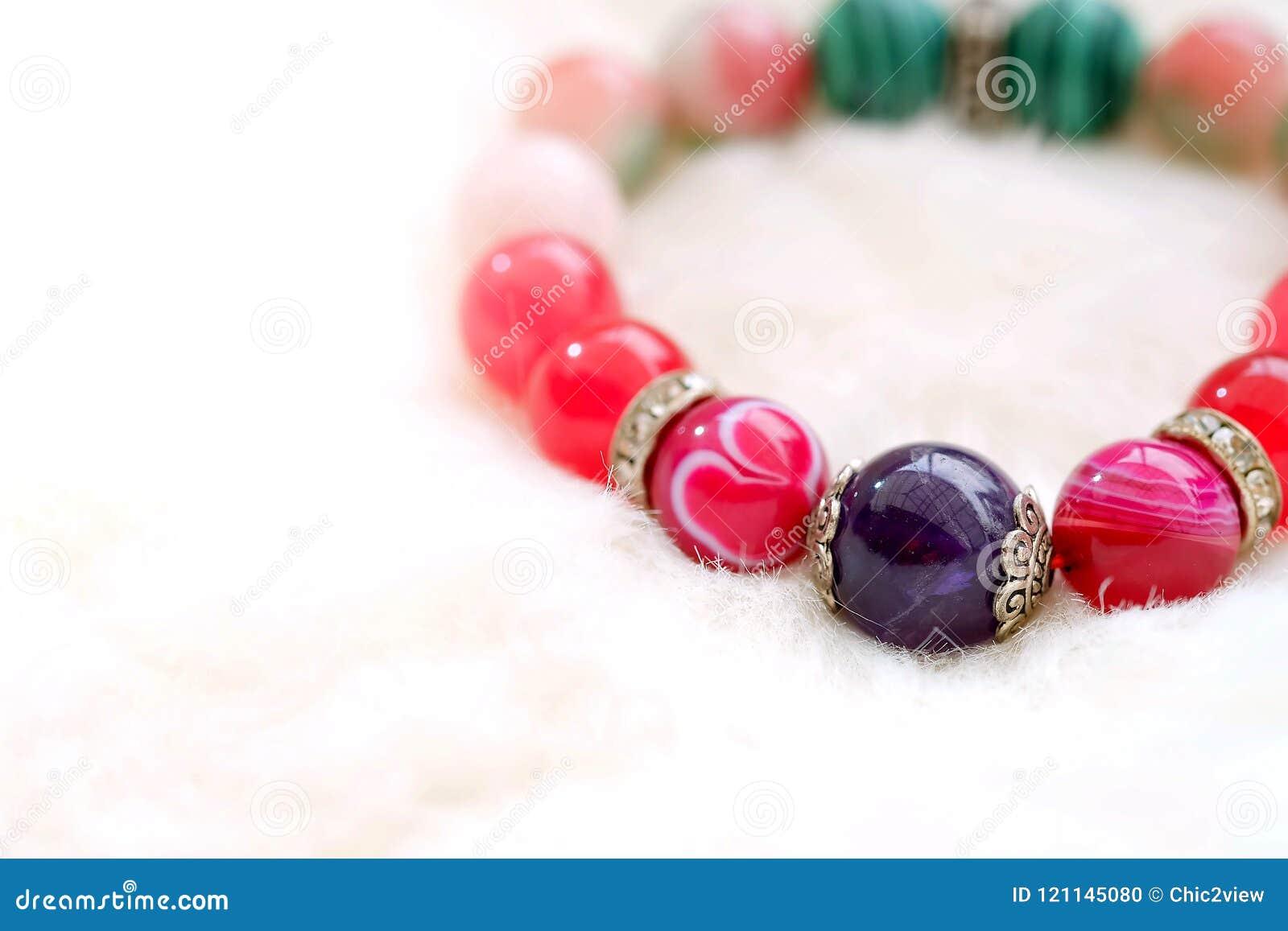 Amethist en de roze steen van het toon gelukkige agaat op witte wolachtergrond