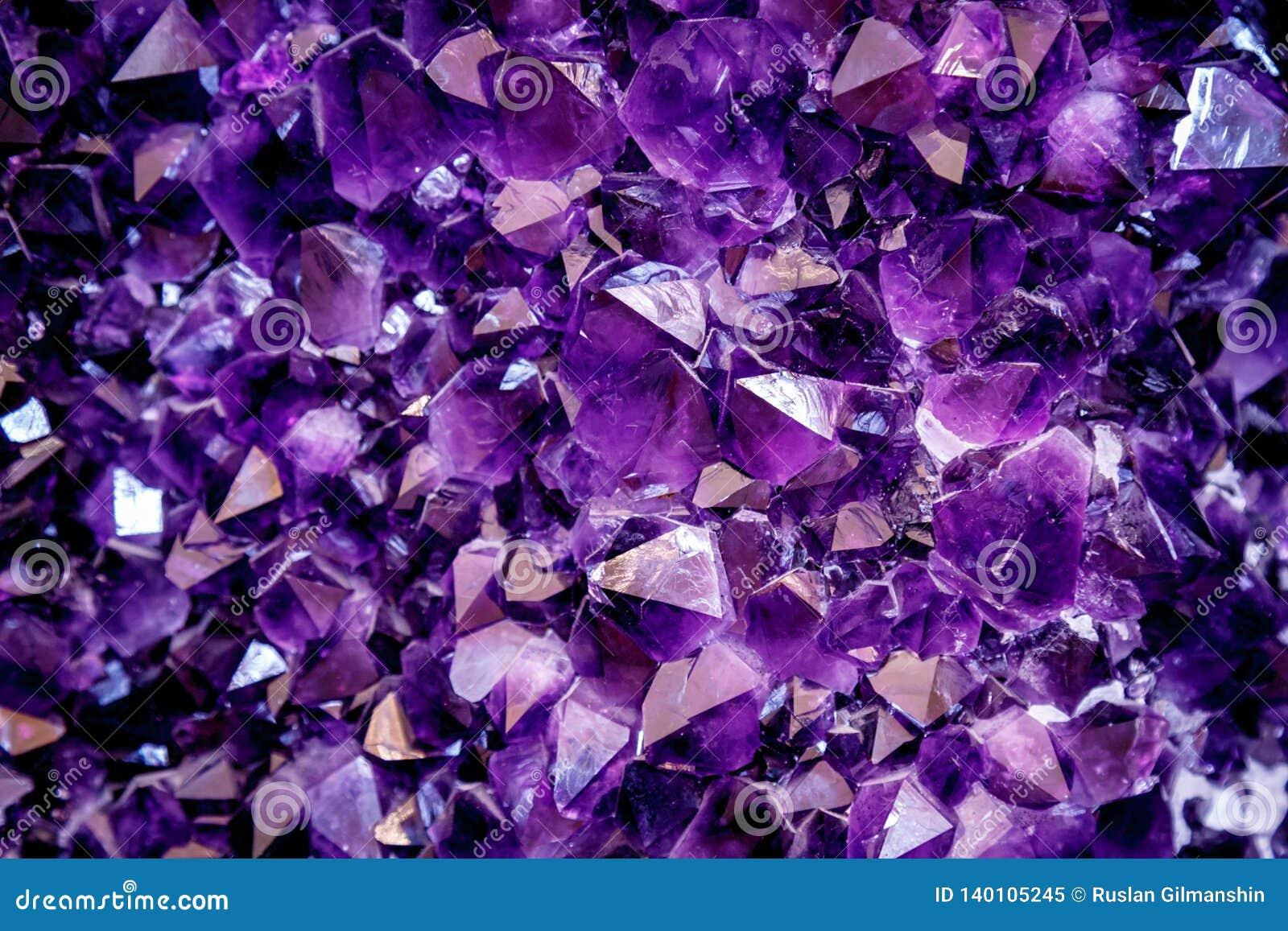 Ametystowy purpurowy kryształ Kopalni kryształy w naturalnym środowisku Tekstura cenny i semiprecious gemstone
