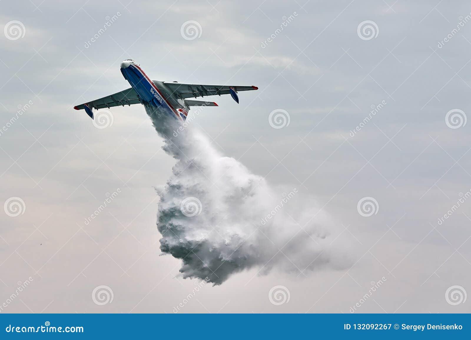 Amfibiskt flygplan som kan användas till mycket Beriev Be-200ES tappar vatten Flygplanet visar brandstridighet över det Black Sea