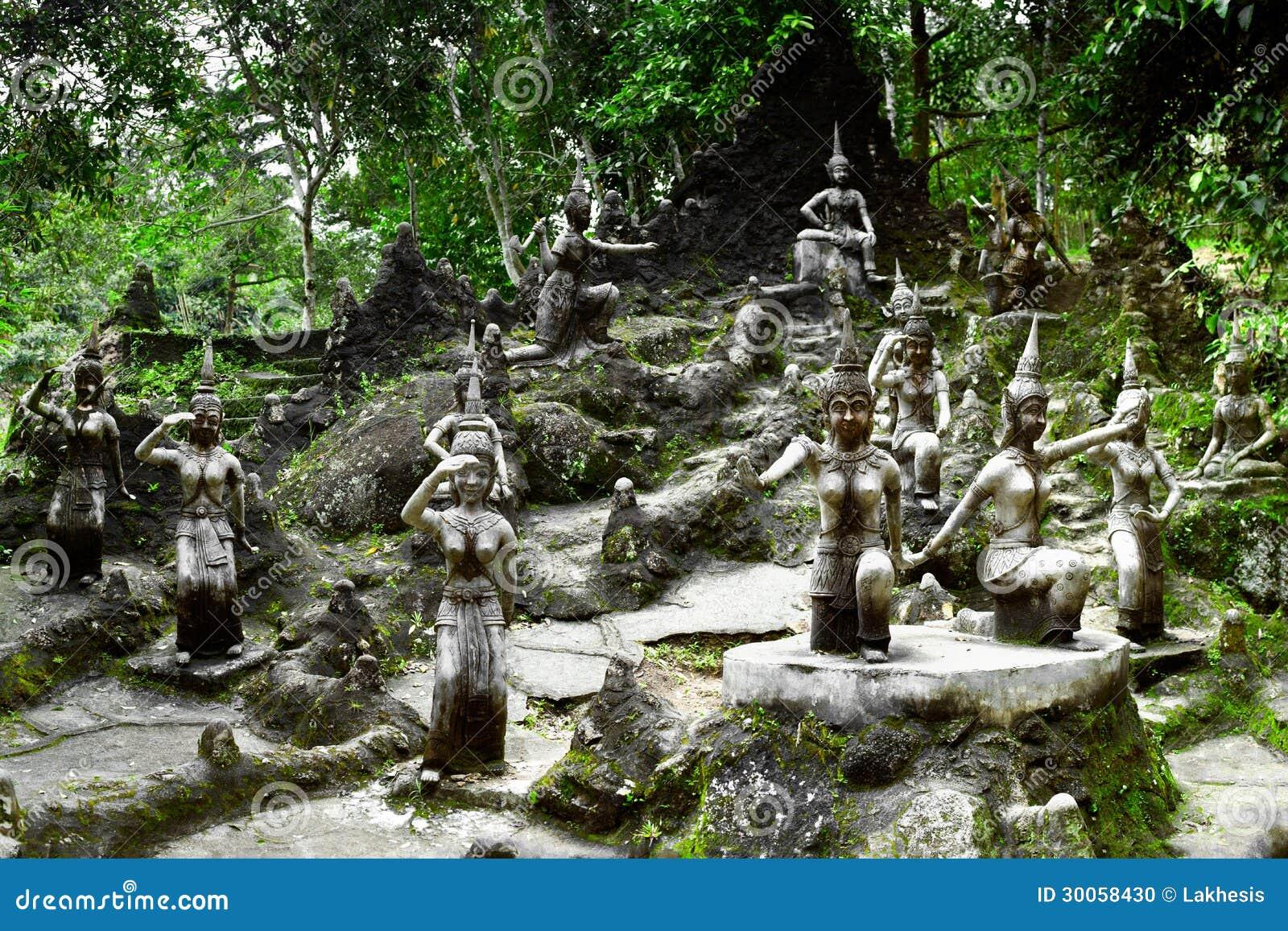De Magische Tuin : Het standbeeld van engelen in de magische tuin van boedha