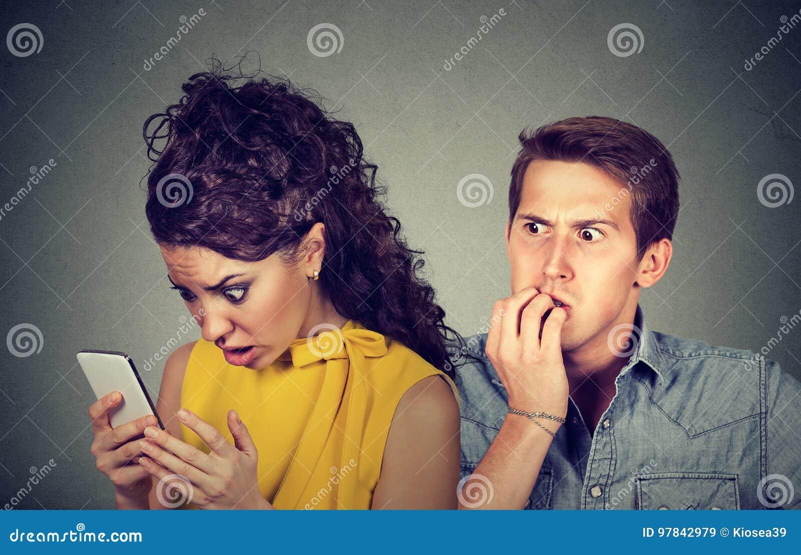 Ami de fraude Équipez les ongles nerveusement acérés tandis que les message textuels choqués de lecture d amie à son téléphone po