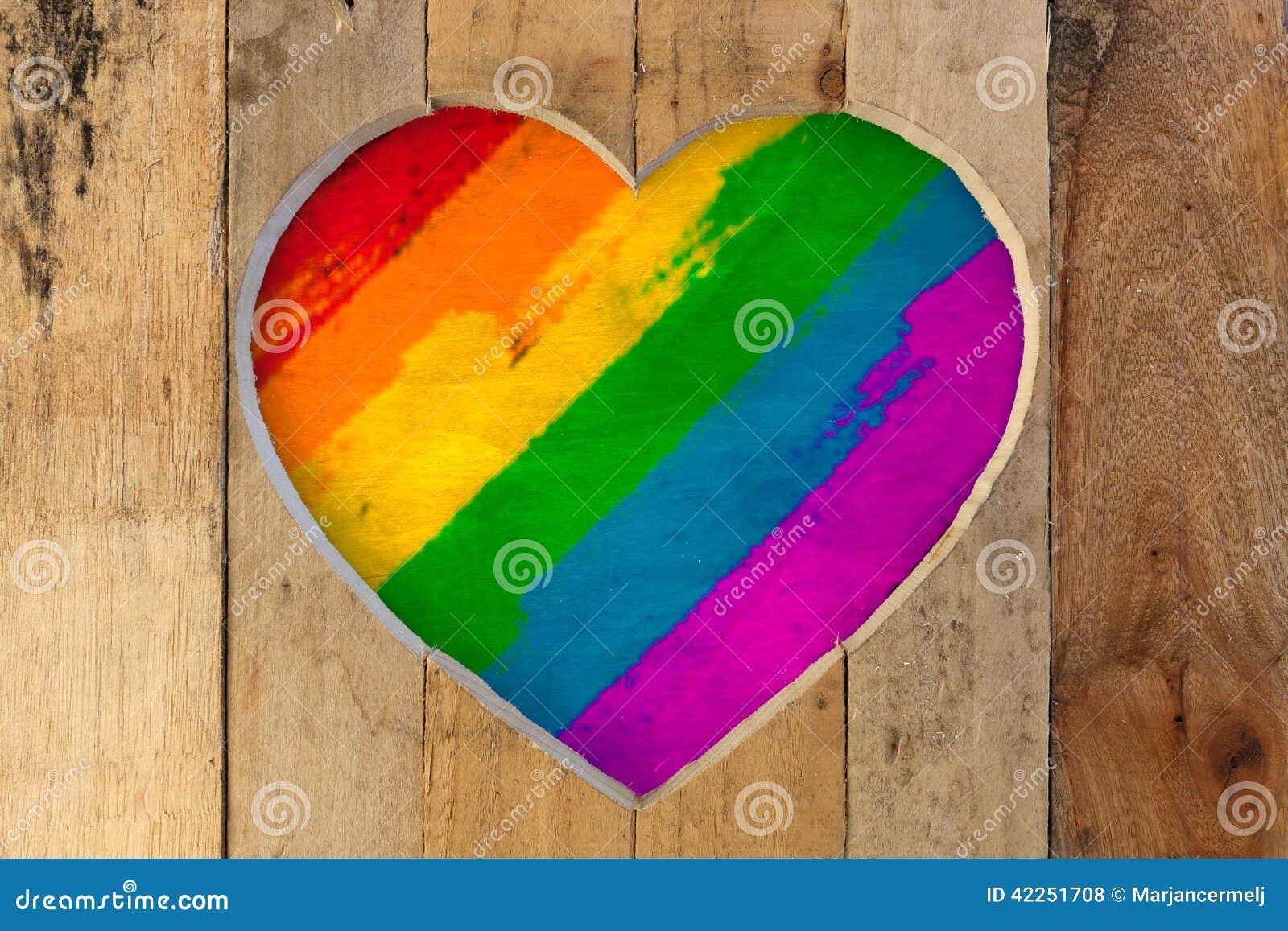 Ami i colori dipinti di orgoglio dell arcobaleno della struttura di legno del cuore dei biglietti di S. Valentino