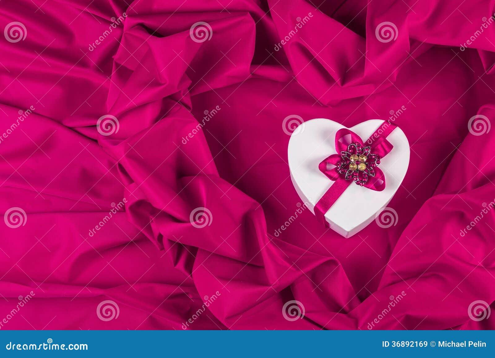 Download Ami La Carta Con Cuore Su Un Tessuto Porpora Immagine Stock - Immagine di nastro, figura: 36892169