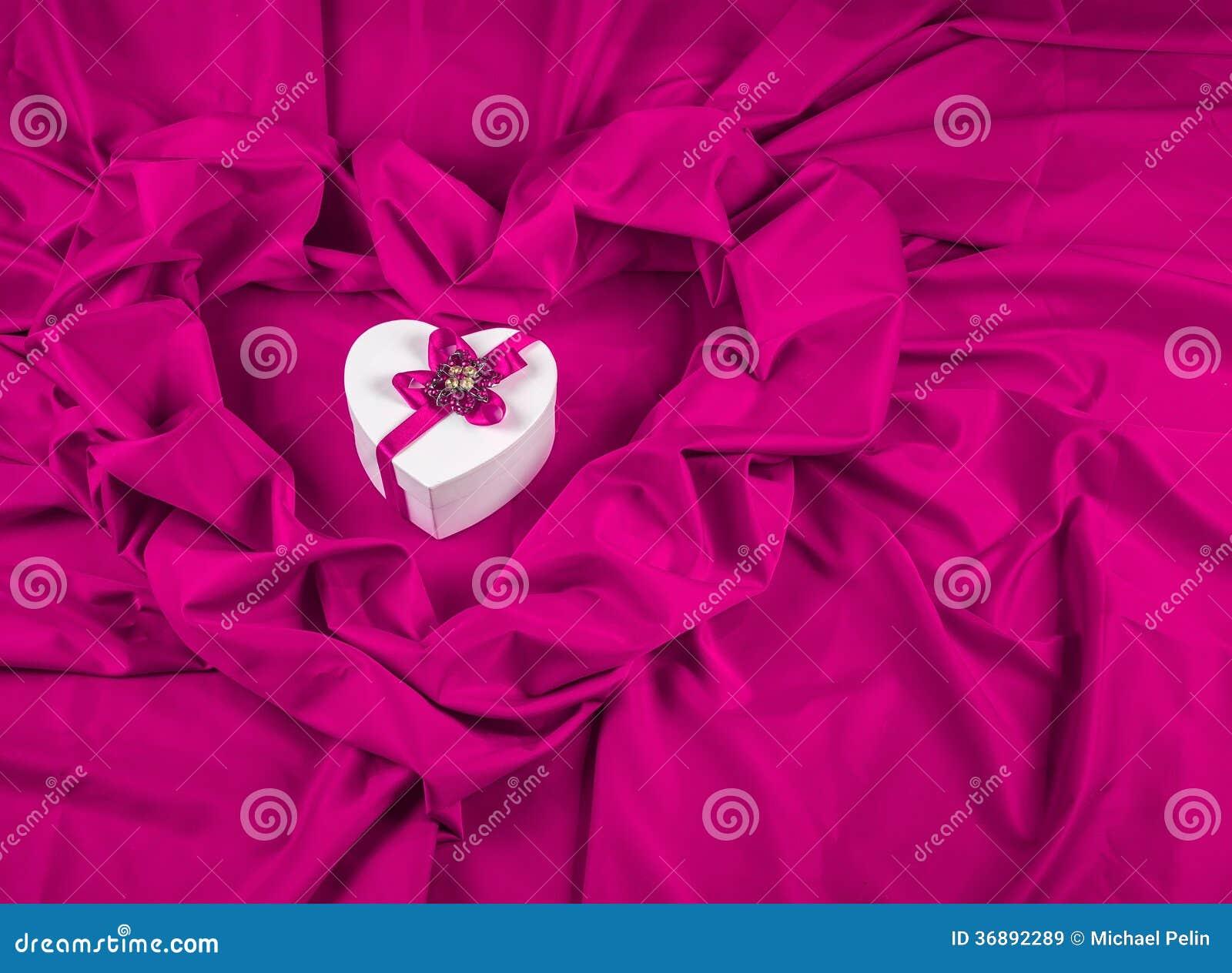 Download Ami La Carta Con Cuore Su Un Tessuto Porpora Immagine Stock - Immagine di nastro, compleanno: 36892289