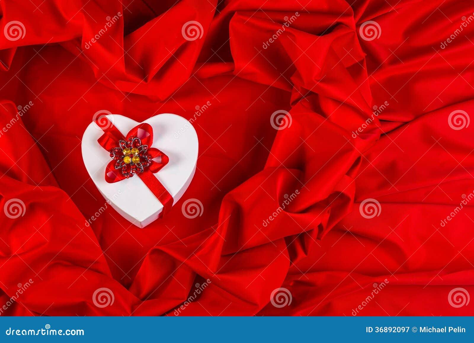 Download Ami La Carta Con Cuore Su Un Tessuto Rosso Immagine Stock - Immagine di sorpresa, anniversario: 36892097