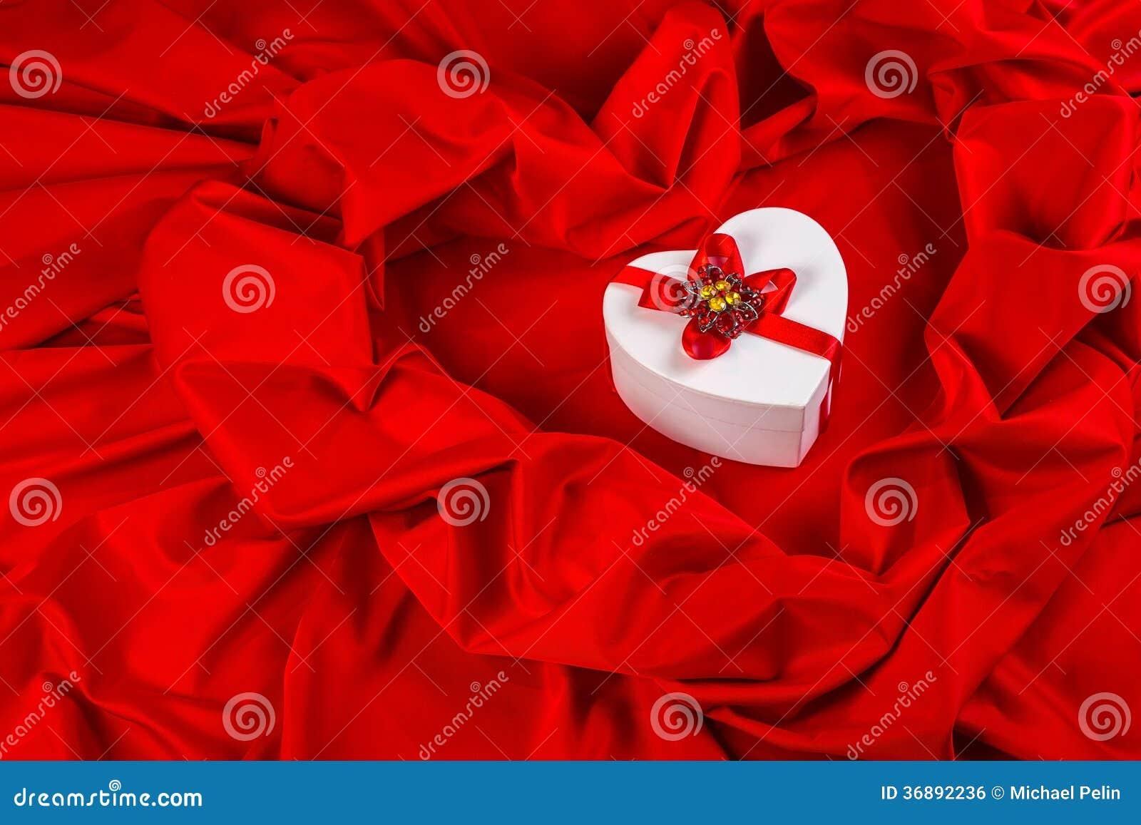 Download Ami La Carta Con Cuore Su Un Tessuto Rosso Fotografia Stock - Immagine di figura, nastro: 36892236