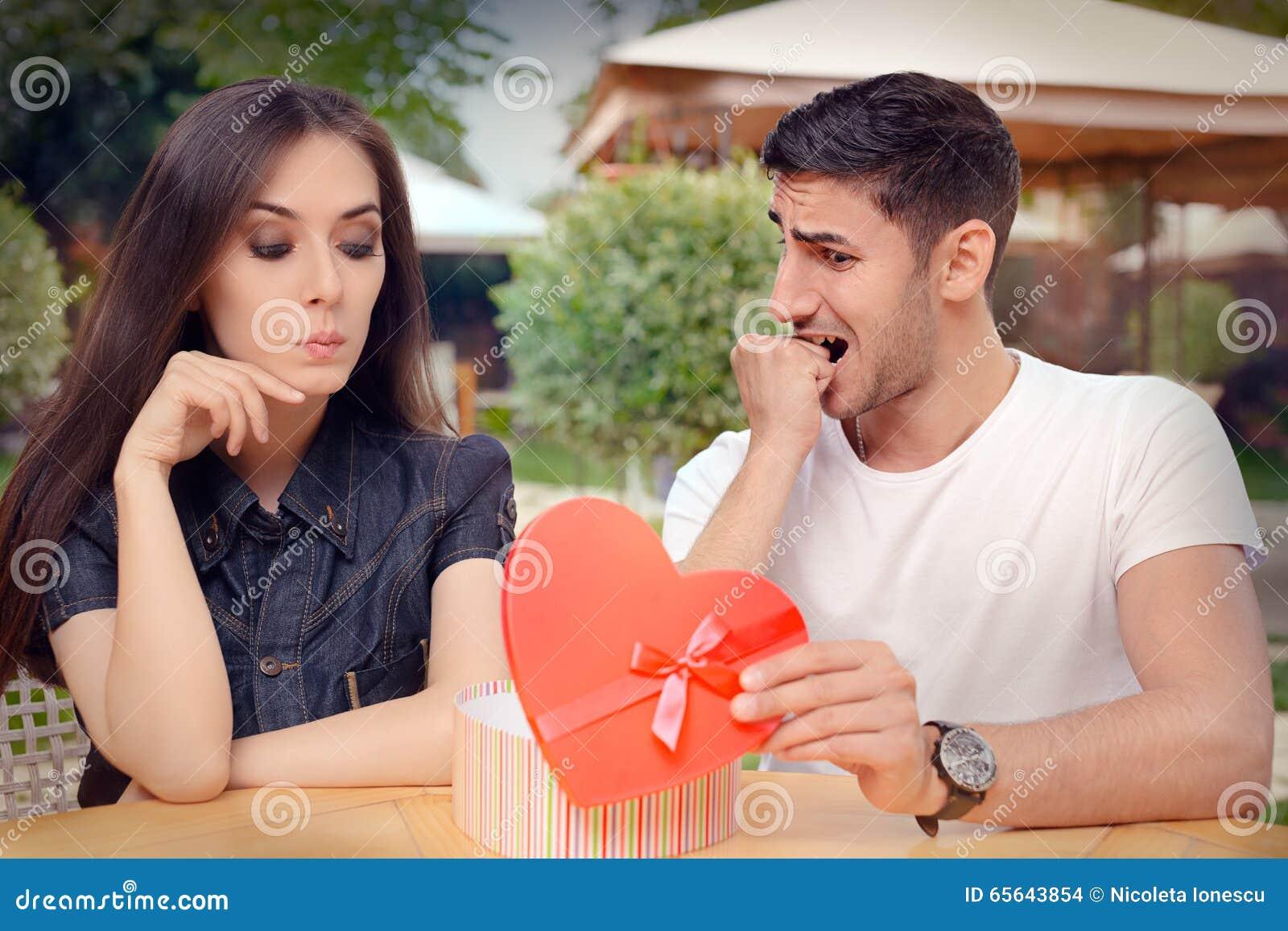 Ami nerveux présent son cadeau à son amie difficile