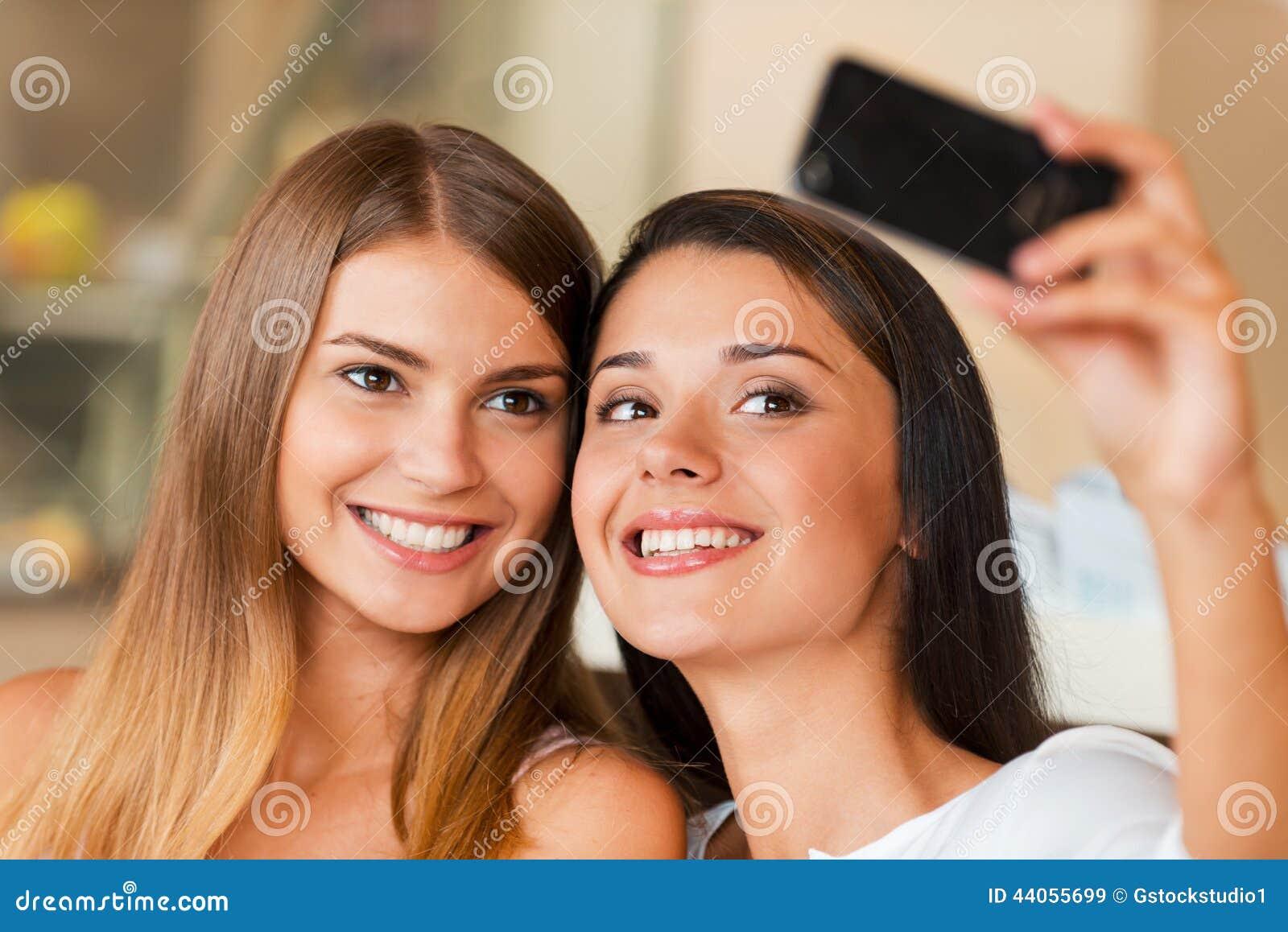Amiamo fare il selfie! immagine stock. Immagine di lifestyles - 44055699 f7c5683852b