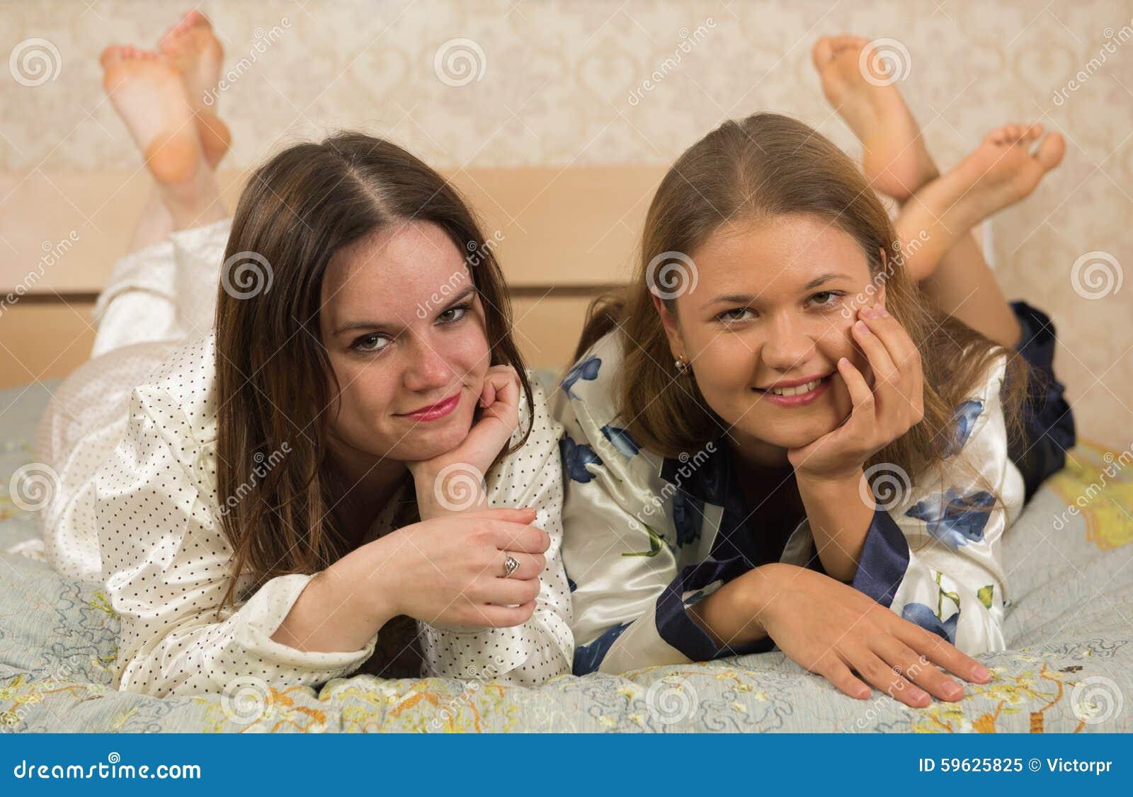 Amiche che si situano a letto immagine stock immagine di bedroom