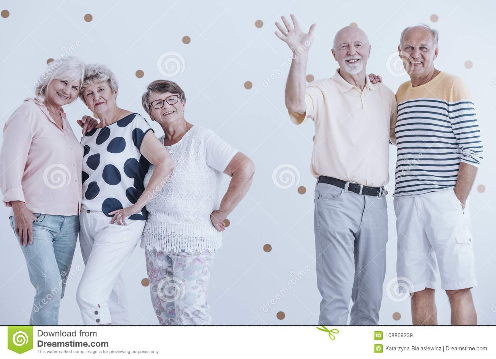 Amici anziani al partito