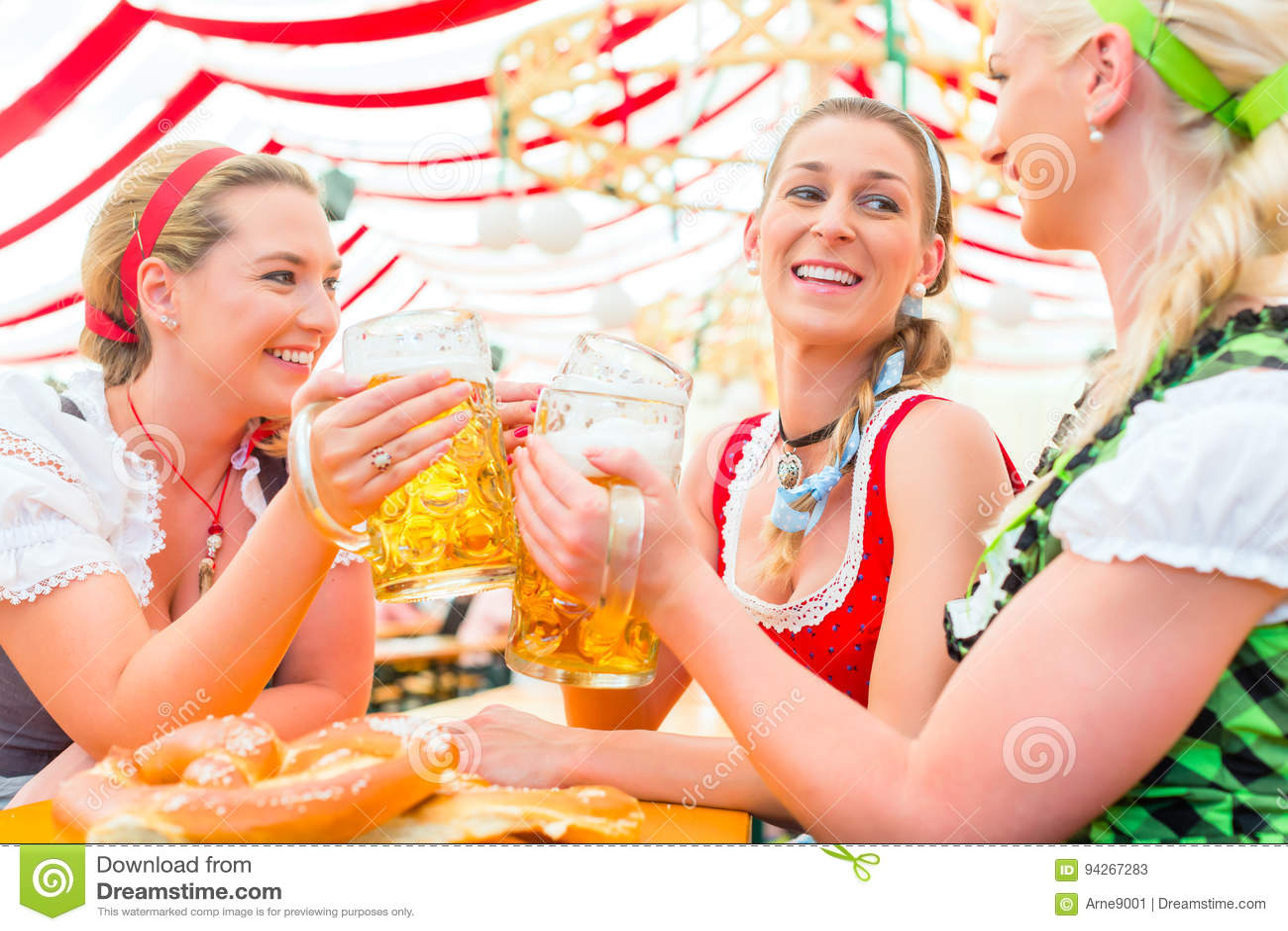 Amici che bevono birra bavarese a Oktoberfest