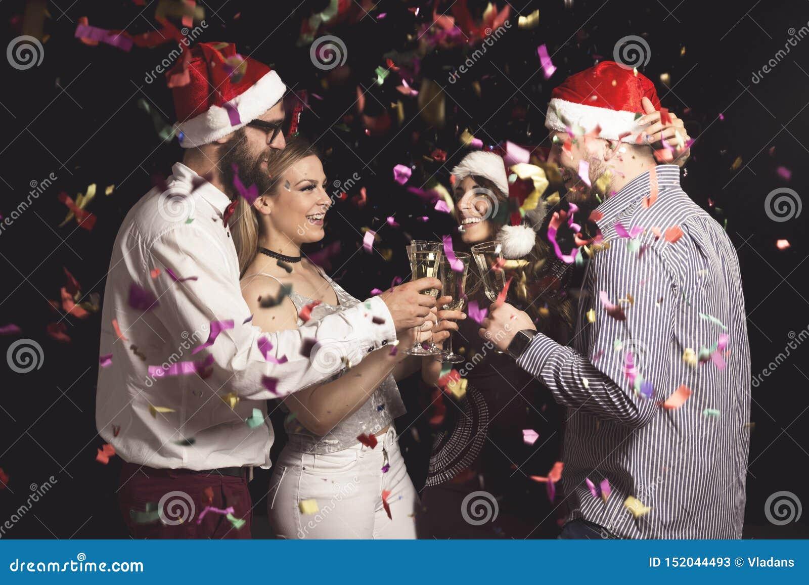 Amici che fanno un tost al partito del nuovo anno