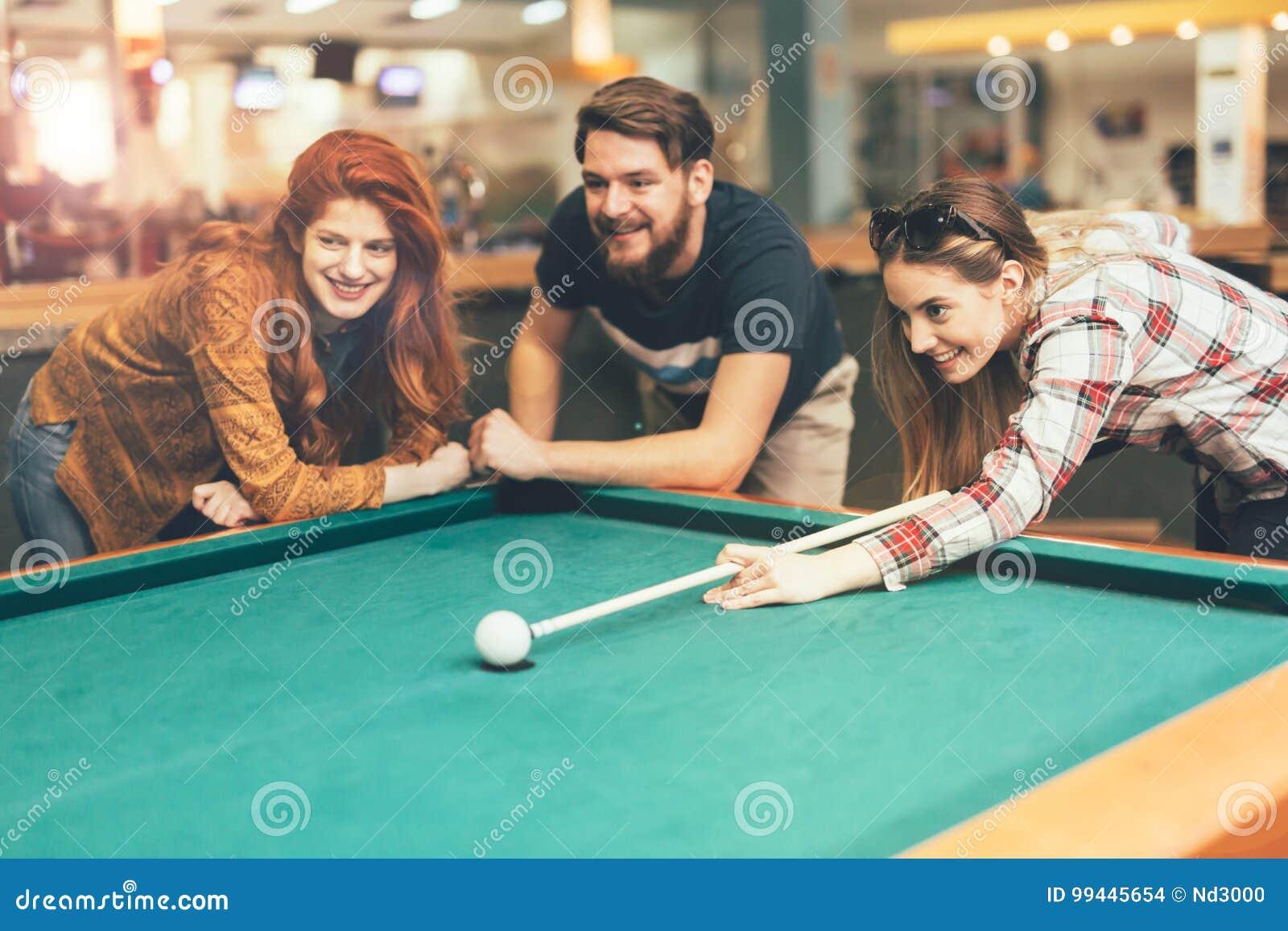 Amici che godono giocando snooker