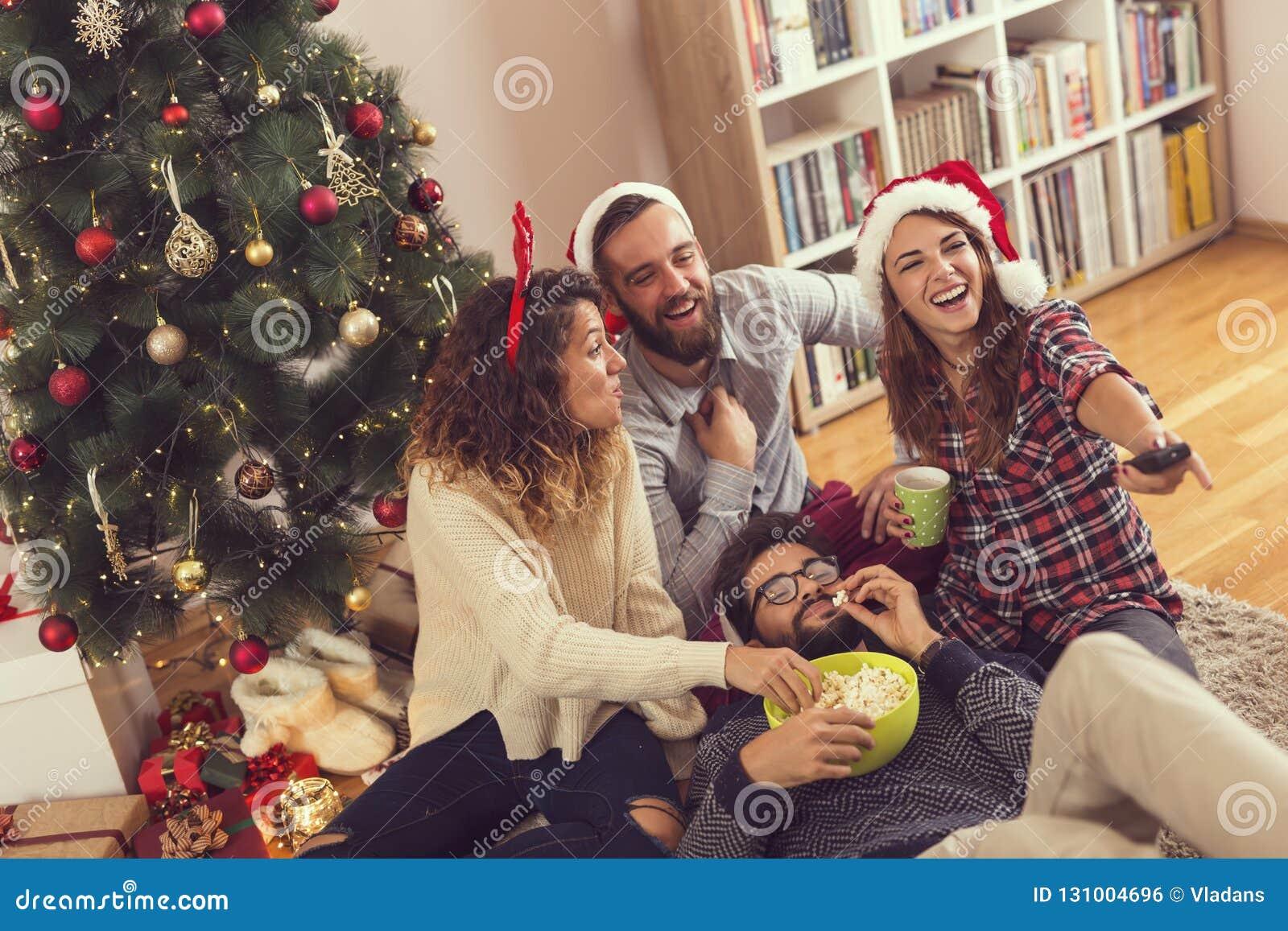 Amici che guardano i film di Natale