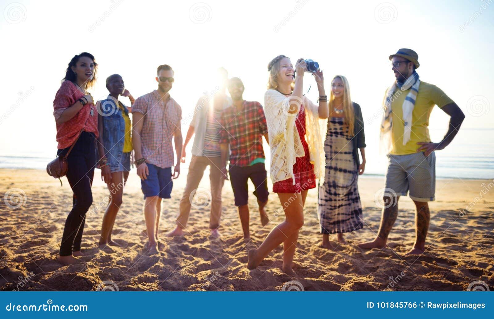 Amici che hanno divertimento alla spiaggia