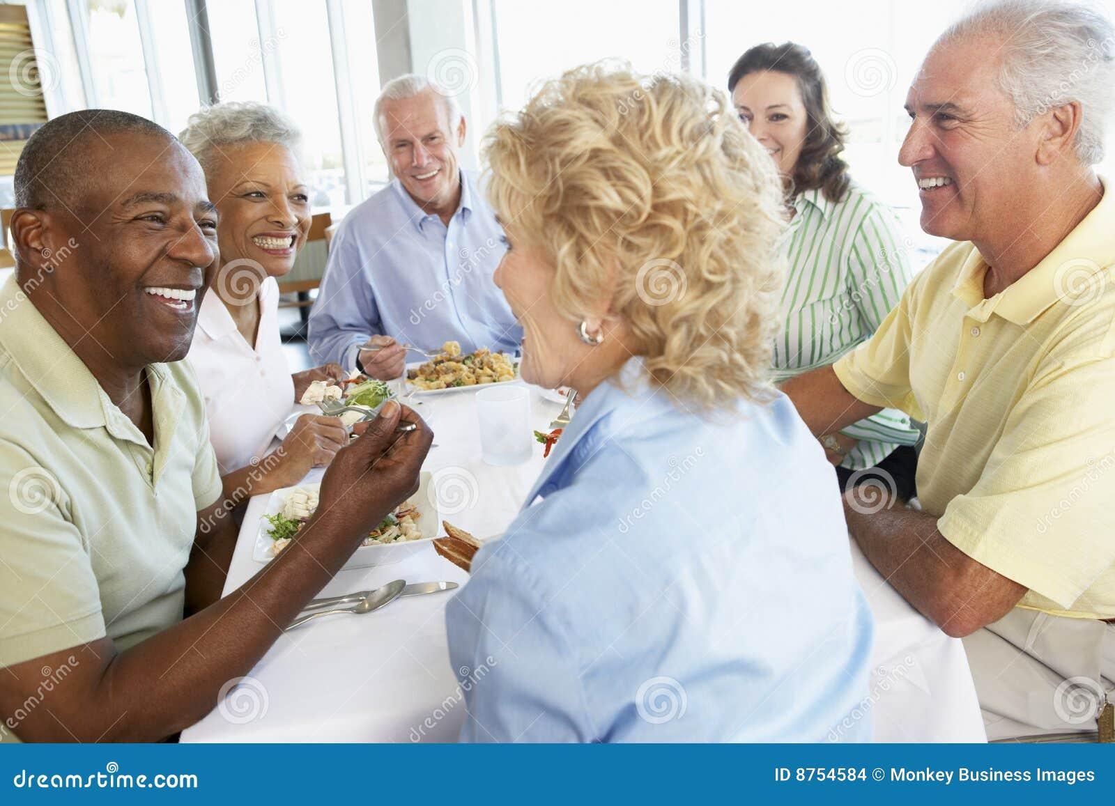Amici che hanno ristorante del pranzo