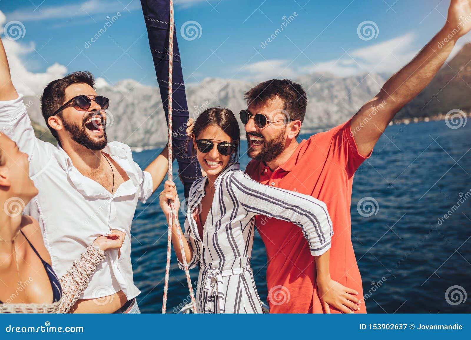 Amici che navigano sull yacht Vacanza, viaggio, mare, amicizia e concetto della gente