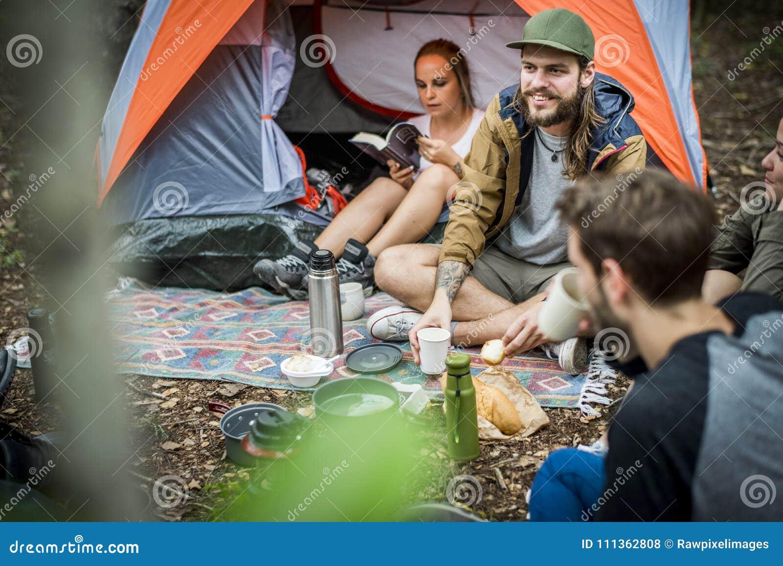 Amici che si accampano insieme nella foresta