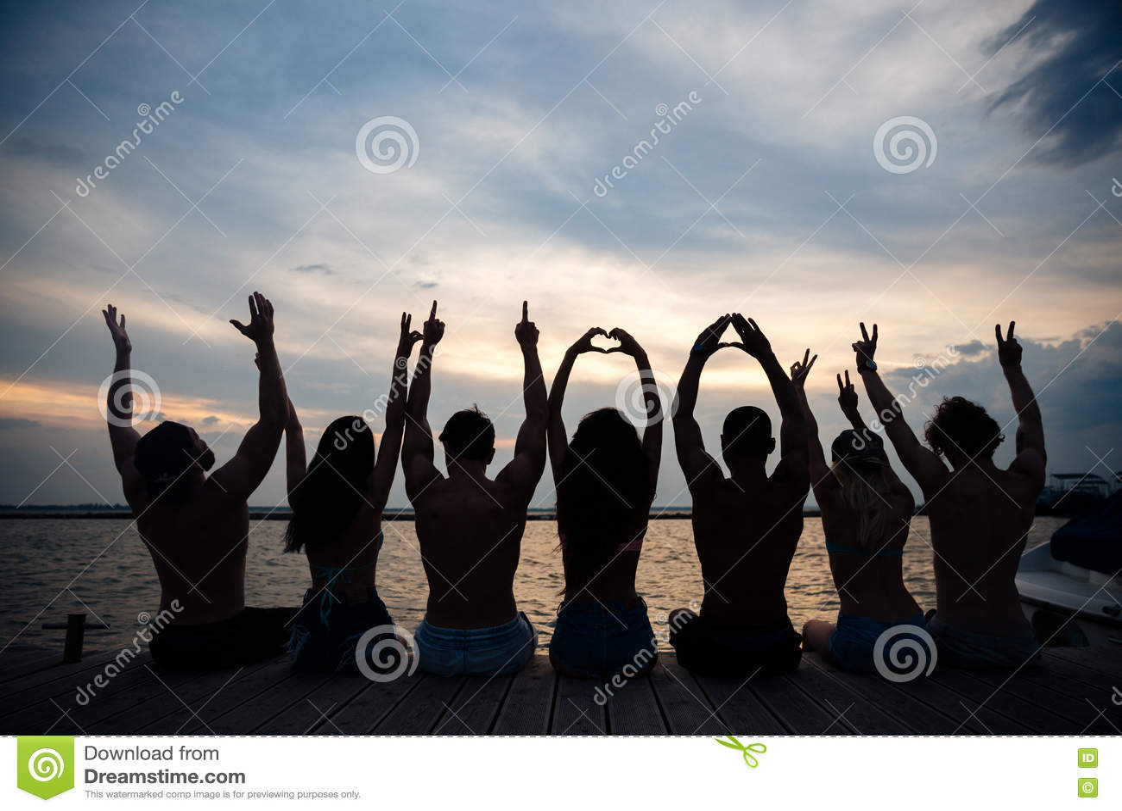 Amici che si rilassano alla spiaggia