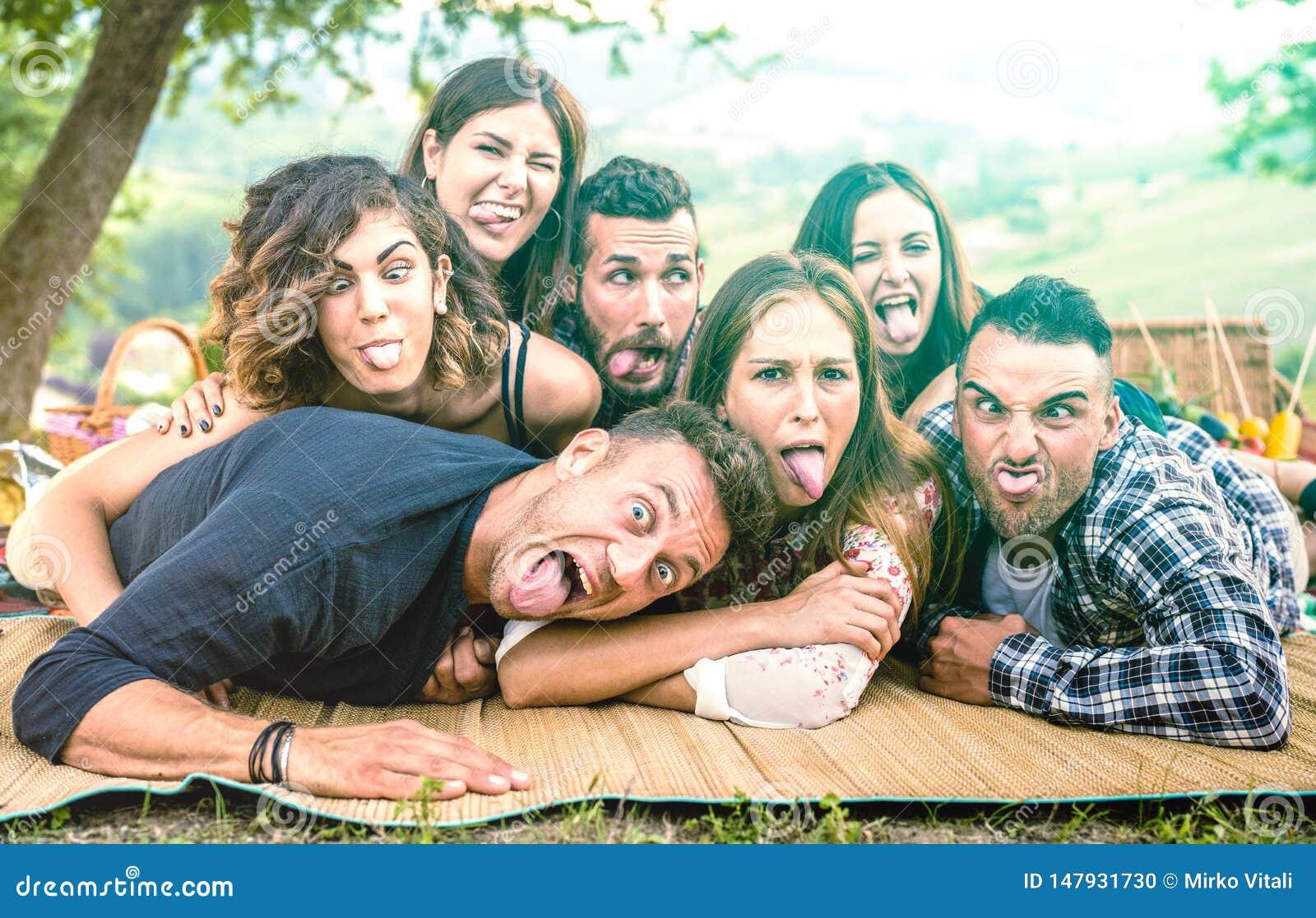 Amici di Millenial che prendono selfie con i fronti divertenti al barbecue del NIC del pic - concetto felice di amicizia della gi