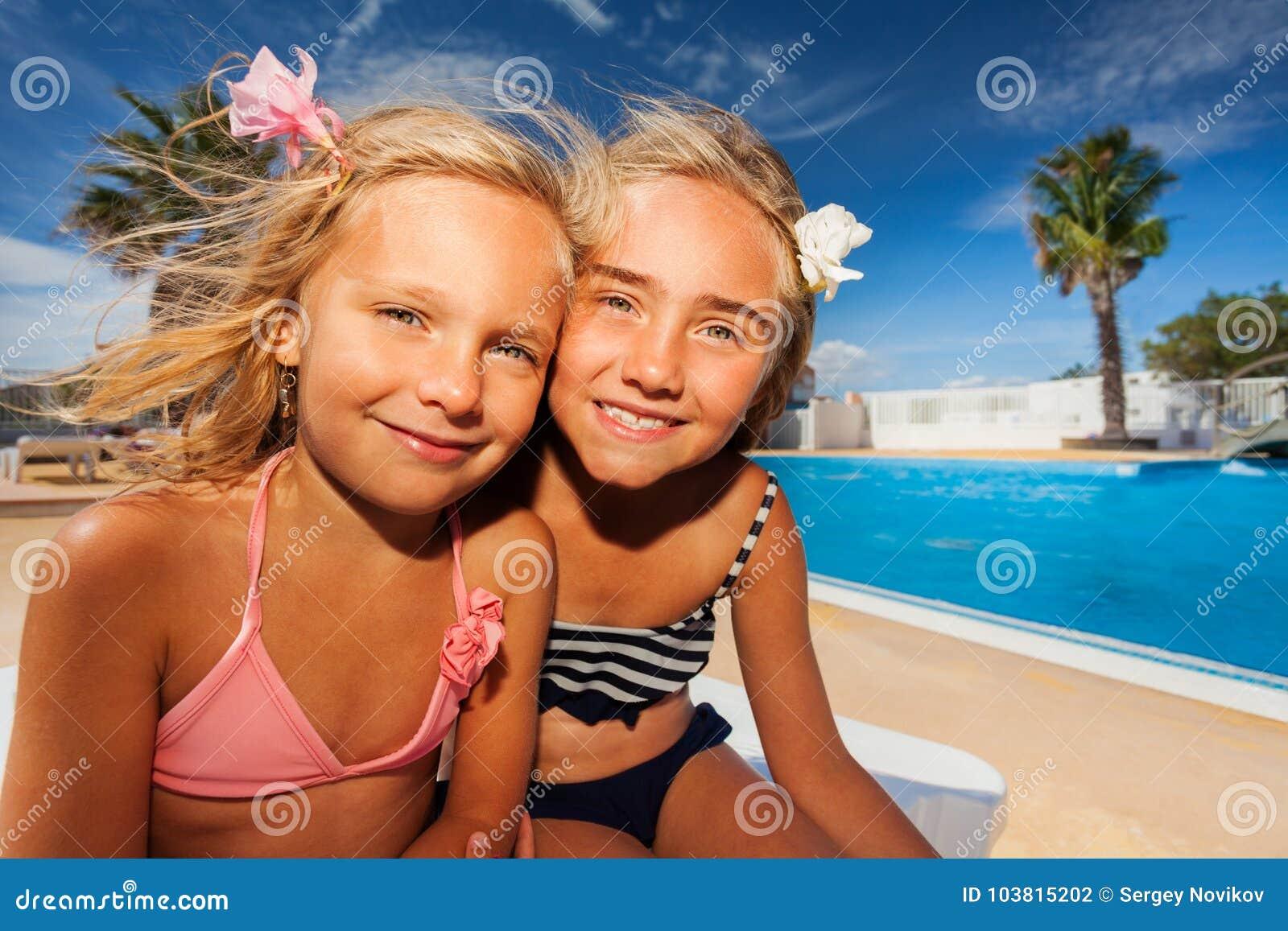 Amici di ragazze che godono dell estate alla piscina