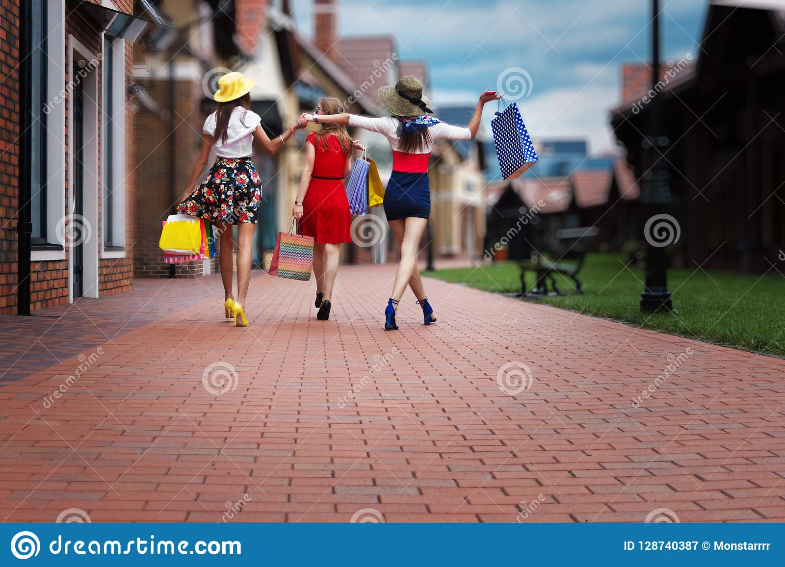 Amici femminili delle donne di modo nel centro commerciale