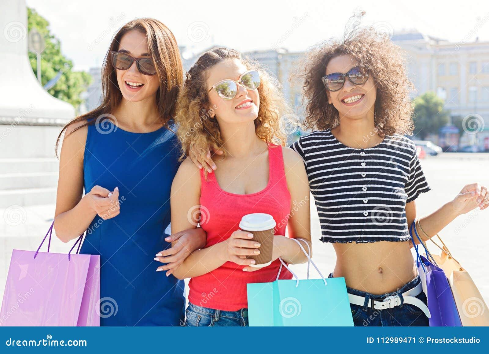 Amici femminili felici all aperto
