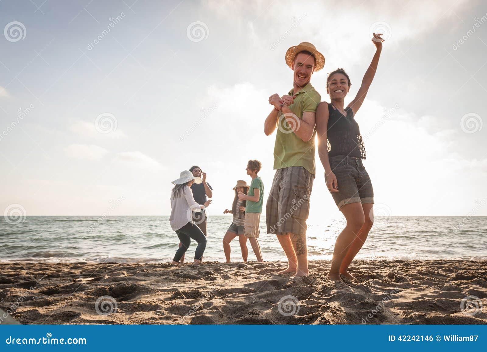 Amici multirazziali alla spiaggia