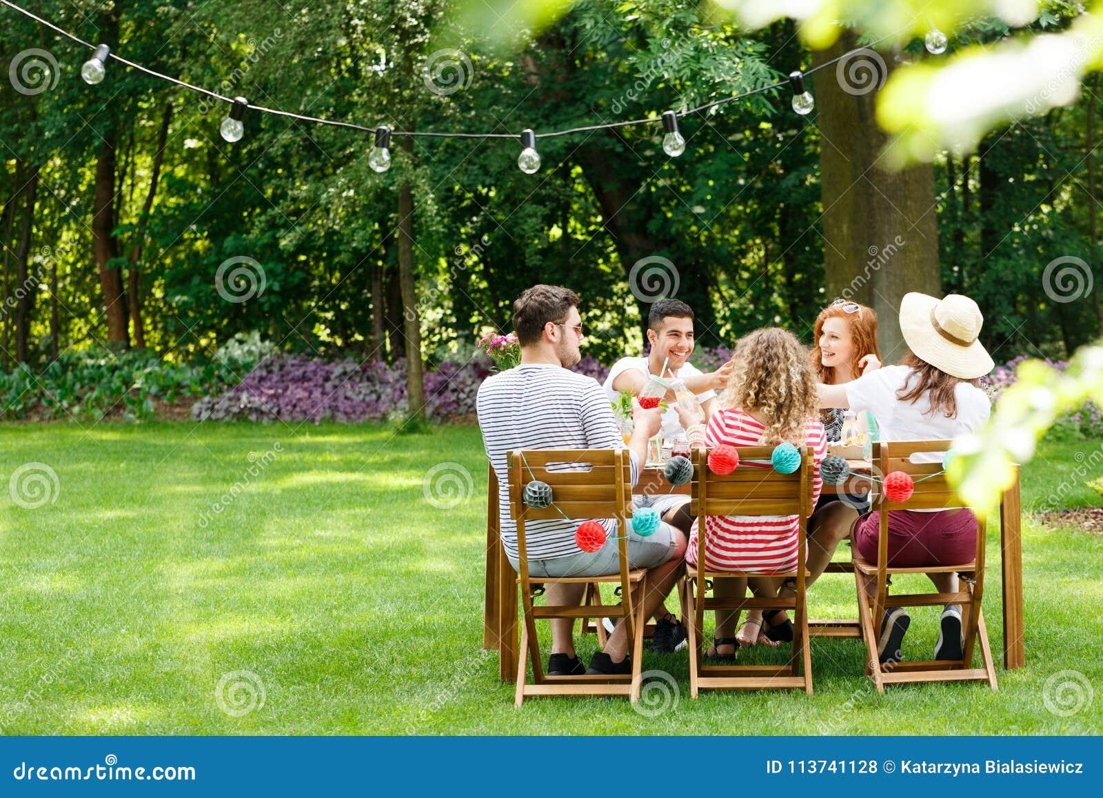 Amici nel corso della riunione della festa di compleanno