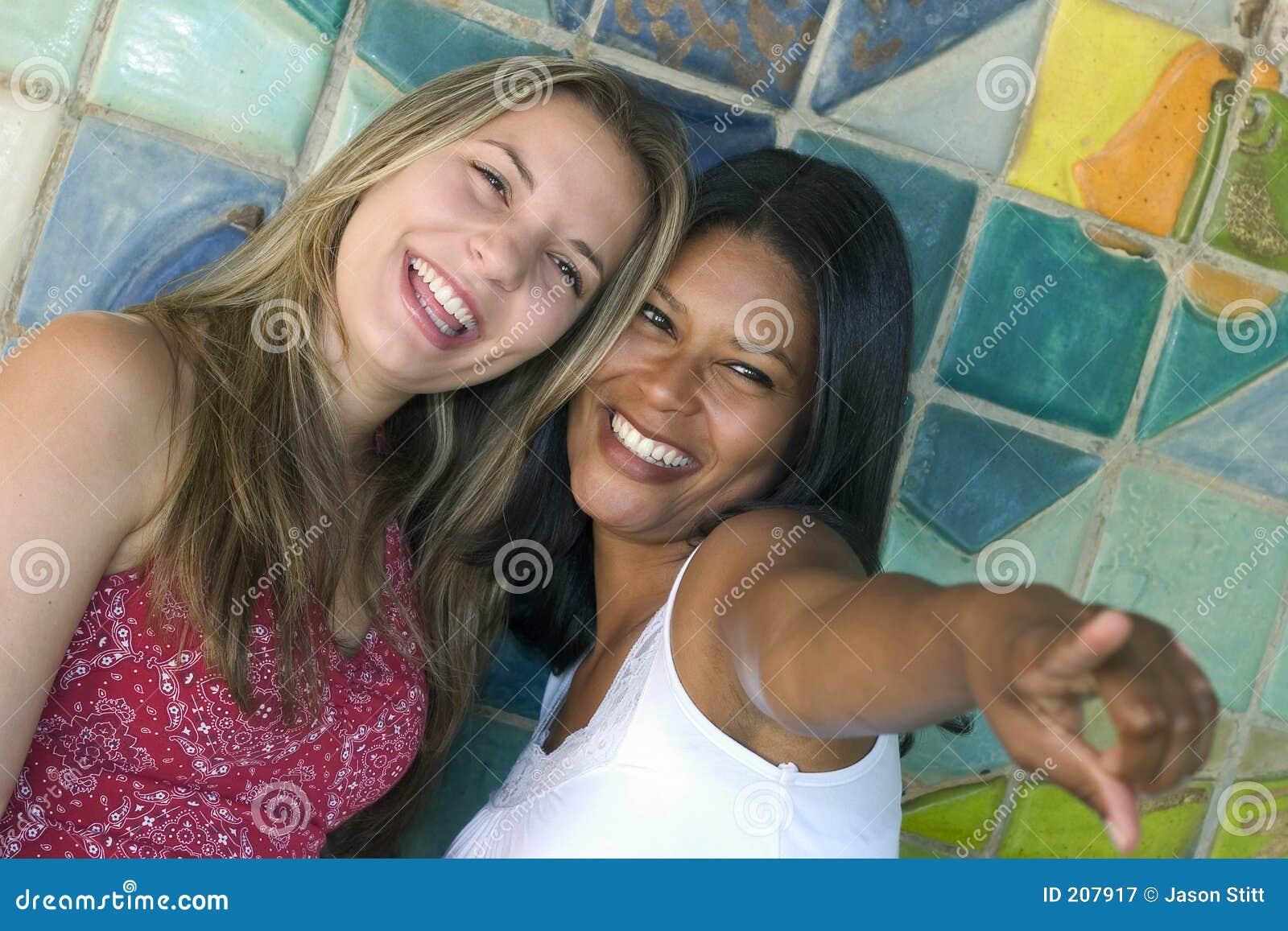 Amici sorridenti delle donne