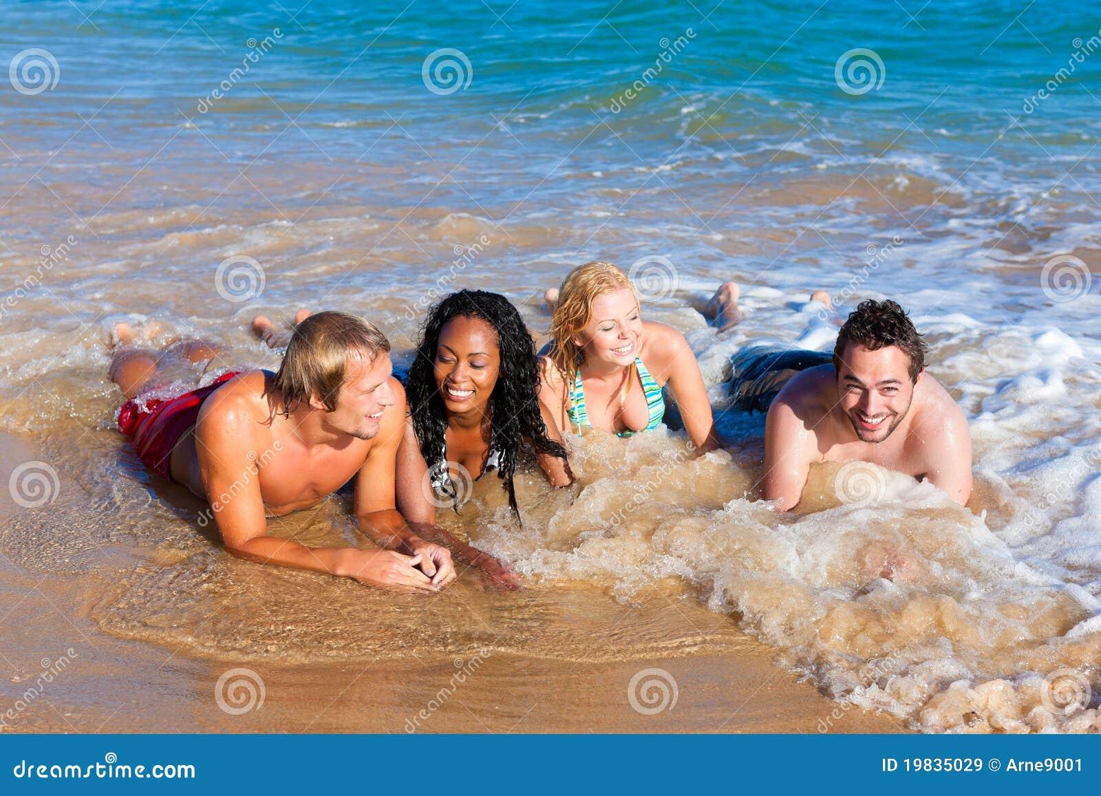 Amici sulla vacanza della spiaggia immagine stock for Disegni della casa sulla spiaggia