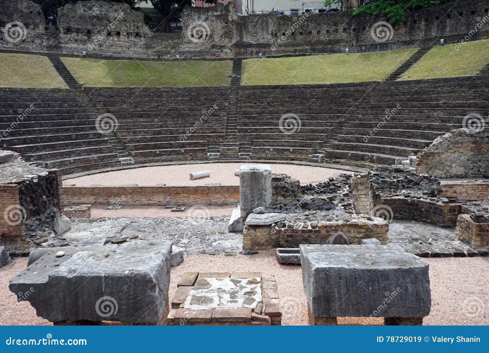 Amid amphitheater fördärvar forntida kolonner sidokalkonen