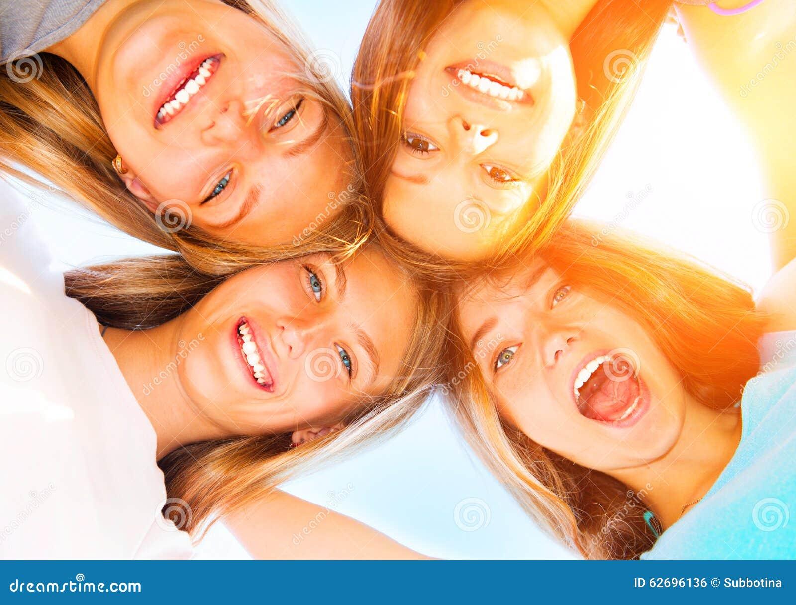 Amies adolescentes restant ensemble au-dessus du ciel bleu