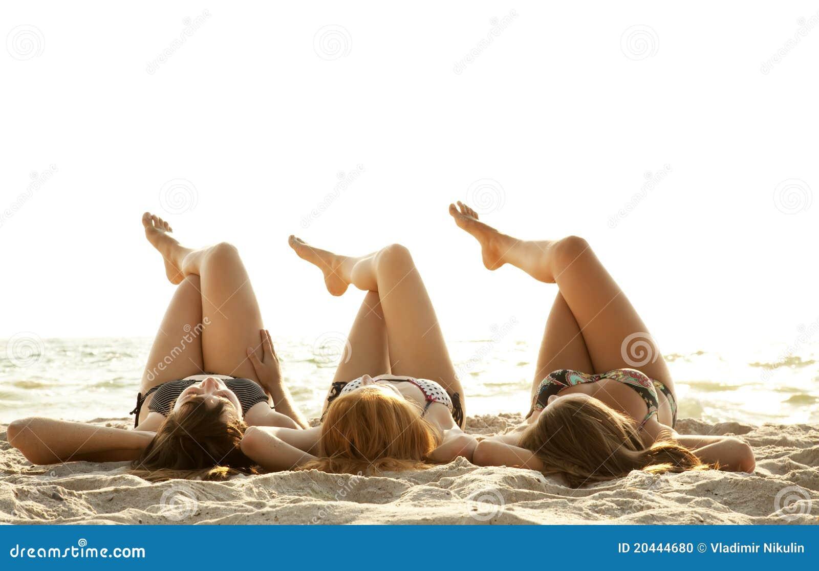 Amies dans le bikini sur la plage